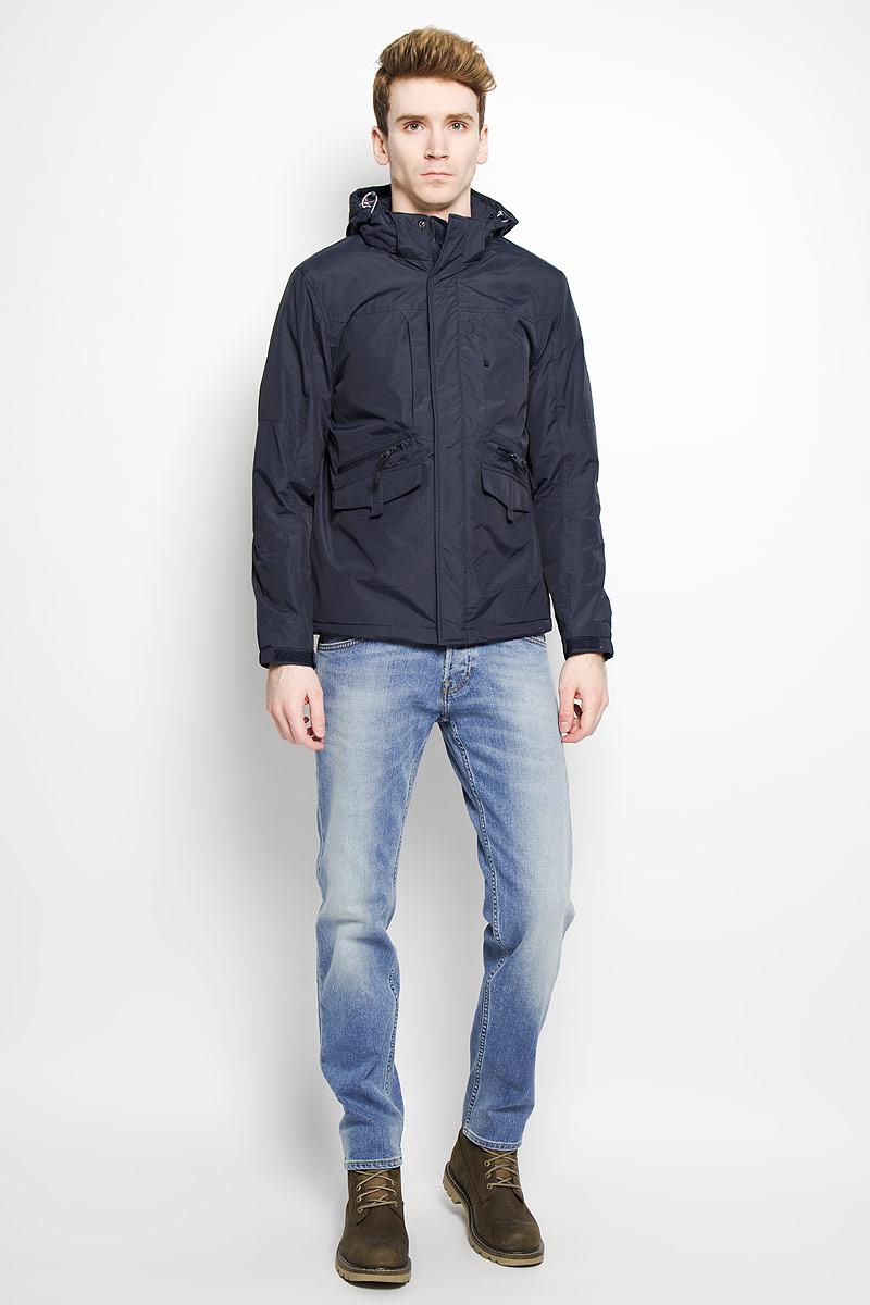 Куртка мужская Baon, цвет: темно-синий. B536026. Размер S (46)B536026Стильная мужская куртка Baon, выполненная из высококачественного материала, рассчитана на прохладную погоду. Модель с утеплителем из полиэстера подарит вам максимальный комфорт. Изделие застегивается на застежку-молнию и дополнительно имеет внешний ветрозащитный клапан на кнопках. Куртка с воротником-стойкой дополнена капюшоном, который регулируется по объему за счет резинки со стопперами. Капюшон крепится при помощи застежки-молнии, и в случае необходимости его можно отстегнуть. Края рукавов присборены на резинку и снабжены хлястиком с липучкой для регулировки объема. Куртка дополнена тремя прорезными карманами на застежке-молнии и двумя прорезными карманами, которые закрываются клапаном на липучке. Внутри расположен один небольшой накладной карман для мобильного телефона и один прорезной карман на застежке-молнии. В этой куртке вам будет комфортно. Модная фактура ткани, отличное качество, великолепный дизайн.