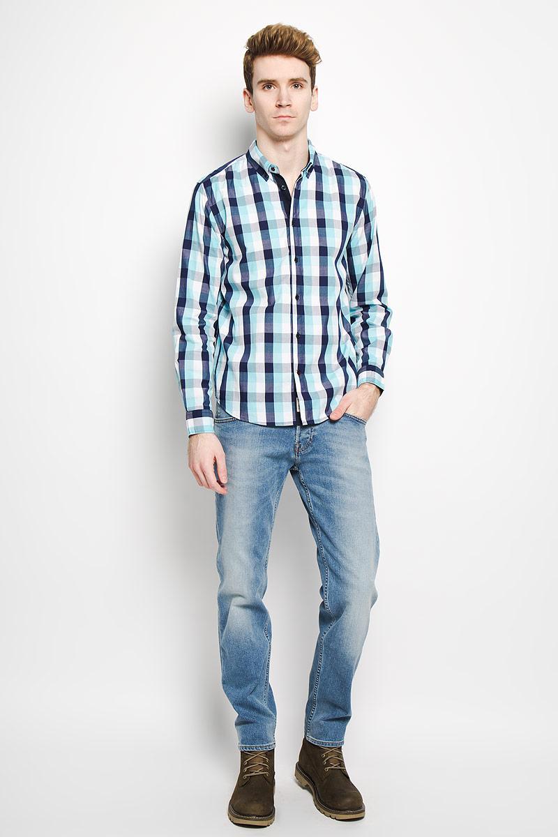 Рубашка мужская Baon, цвет: темно-синий, голубой, белый. B676006. Размер L (50)B676006Стильная мужская рубашка Baon, выполненная из натурального хлопка, обладает высокой теплопроводностью, воздухопроницаемостью и гигроскопичностью, позволяет коже дышать, тем самым обеспечивая наибольший комфорт при носке даже самым жарким летом. Модель с длинными рукавами, отложным воротником и полукруглым низом застегивается на пуговицы. Манжеты также застегиваются на пуговицы. Рубашка оформлена узором в небольшую клетку. Внизу планки с пуговицами расположена скрытая нашивка с логотипомбренда. Такая рубашка будет дарить вам комфорт в течение всего дня и послужит замечательным дополнением к вашему гардеробу.