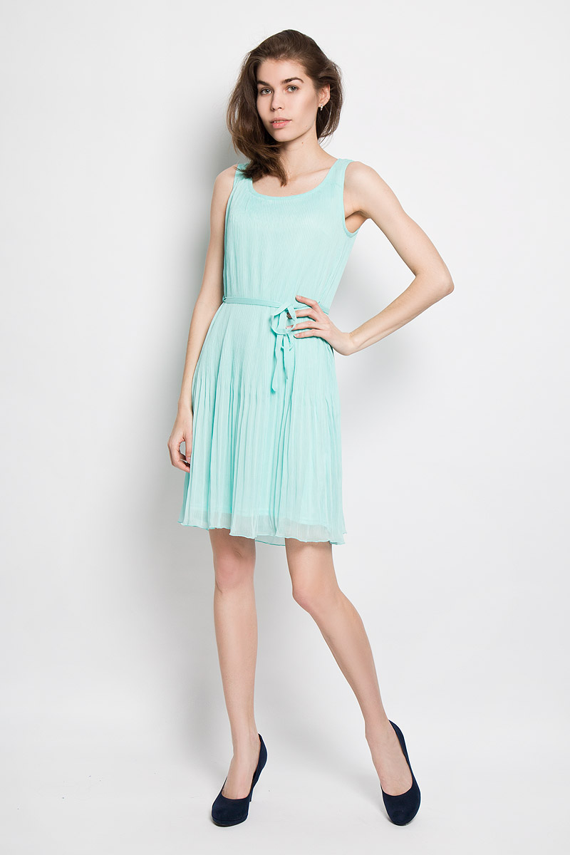 Платье Sela, цвет: светло-ментоловый. Dsl-117/811-6123. Размер L (48)Dsl-117/811-6123Платье Sela станет модным и стильным дополнением к вашему гардеробу. Выполненное из полиэстера, оно легкое и воздушное, приятное на ощупь, не сковывает движений, хорошо вентилируется.Однотонная модель с круглым вырезом горловины дополнена на талии шлевками и текстильным поясом. Верх платья выполнен из полупрозрачной плиссированной ткани. Эффектное платье поможет создать яркий и привлекательный образ, а также подарит вам комфорт.