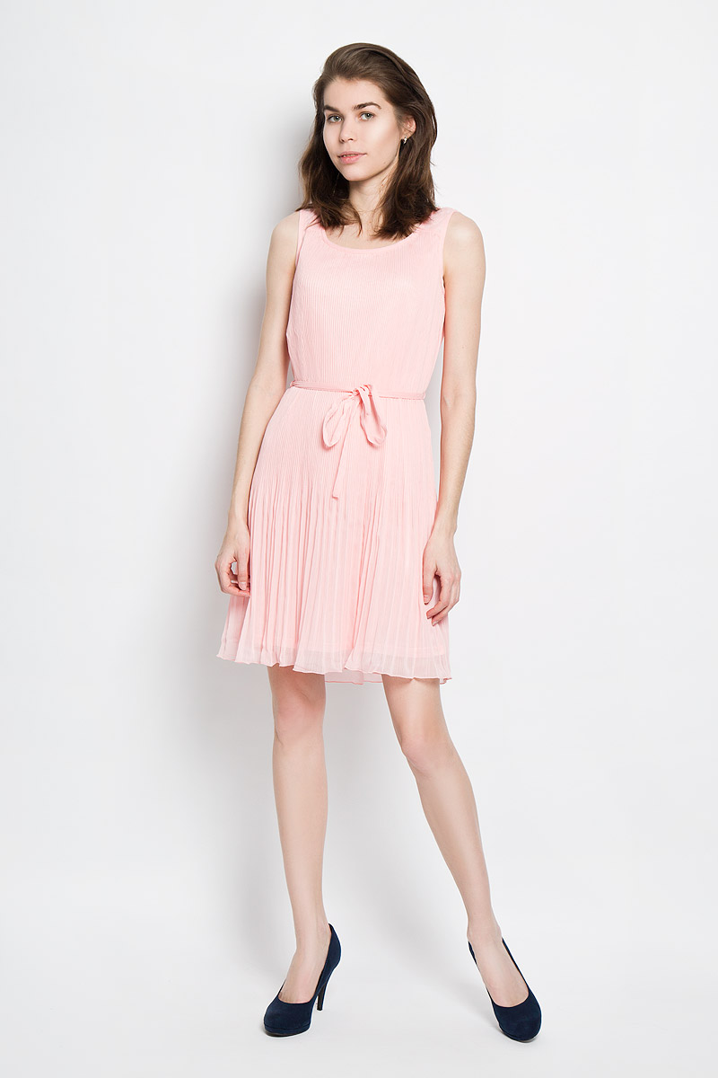 Платье Sela, цвет: пастельно-розовый. Dsl-117/811-6123. Размер XL (50)Dsl-117/811-6123Платье Sela станет модным и стильным дополнением к вашему гардеробу. Выполненное из полиэстера, оно легкое и воздушное, приятное на ощупь, не сковывает движений, хорошо вентилируется.Однотонная модель с круглым вырезом горловины дополнена на талии шлевками и текстильным поясом. Верх платья выполнен из полупрозрачной плиссированной ткани. Эффектное платье поможет создать яркий и привлекательный образ, а также подарит вам комфорт.