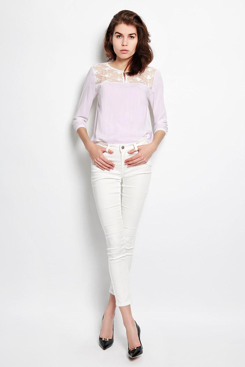 Джинсы женские Baon, цвет: белый. B306007. Размер L (48)B306007Женские джинсы Baon станут отличным дополнением к вашему гардеробу. Изготовленные из эластичного хлопка с добавлением полиэстера, они мягкие и приятные на ощупь, не сковывают движения и позволяют коже дышать.Джинсы застегиваются на металлическую пуговицу и имеют ширинку на застежке-молнии, а также шлевки для ремня. Спереди расположены два втачных кармана и один маленький накладной, а сзади - два накладных кармана. Изделие оформлено прорезями в области коленей, декорировано металлическими клепками. Современный дизайн и расцветка делают эти джинсы стильным предметом женской одежды. Такая модель будет дарить вам комфорт в течение всего дня.