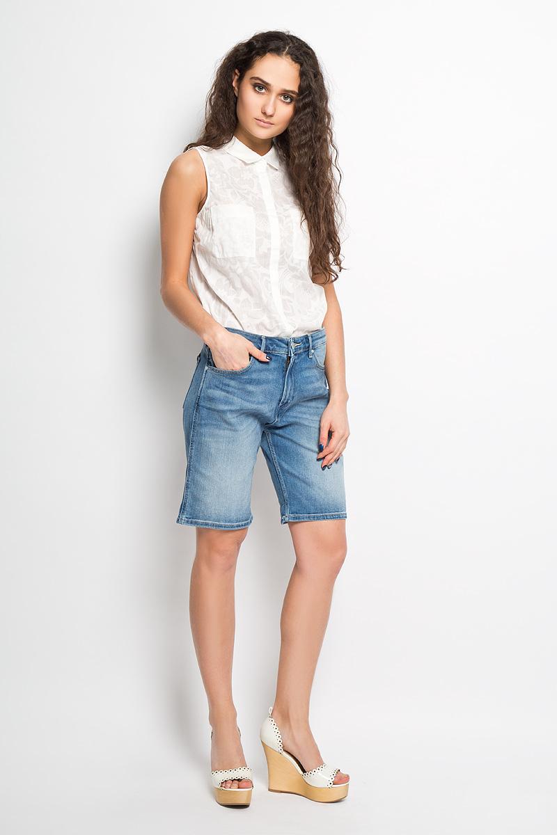 Шорты женские Wrangler Loose, цвет: синий. W26V8972N. Размер 26 (42)W26V8972NСтильные женские джинсовые шорты Wrangler созданы специально для того, чтобы подчеркивать достоинства вашей фигуры. Модель стандартной посадки станет отличным дополнением к вашему современному образу. Шорты удлинены и оформлены перманентными складками и потертостями. Застегиваются шорты на пуговицу в поясе и ширинку на молнии, имеются шлевки для ремня. Спереди модель оформлена двумя втачными карманами с закругленными срезами и одним секретным кармашком, а сзади - двумя накладными карманами. Сзади модель декорирована фирменной нашивкой. Эти модные и в то же время комфортные шорты послужат отличным дополнением к вашему гардеробу. В них вы всегда будете чувствовать себя уютно и комфортно.