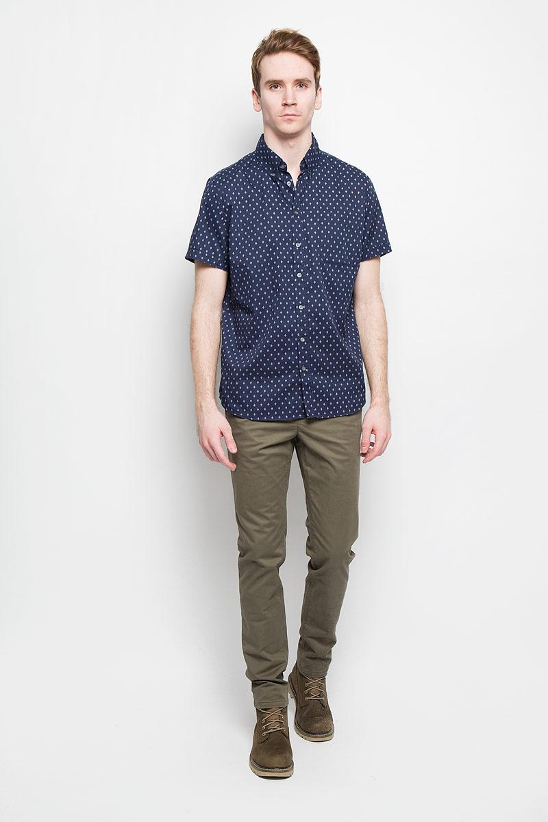 Рубашка мужская Sela, цвет: темно-синий. Hs-212/672-6123. Размер 40 (46)Hs-212/672-6123Стильная мужская рубашка Sela, выполненная из 100% хлопка, подчеркнет ваш уникальный стиль и поможет создать оригинальный образ.Рубашка с короткими рукавами и отложным воротником застегивается на пуговицы спереди. Модель украшена оригинальным принтом в мелкий ромб и дополнена накладным нагрудным карманом. Такая рубашка будет дарить вам комфорт в течение всего дня и послужит замечательным дополнением к вашему гардеробу.