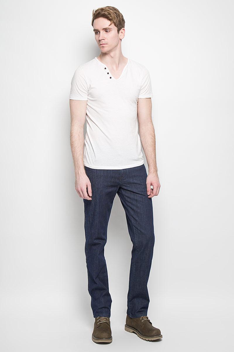 Джинсы мужские Wrangler Texas Stretch, цвет: темно-синий. W121AL70P. Размер 33-34 (48/50-34)W121AL70PМужские джинсы Wrangler станут отличным дополнением к вашему гардеробу. Джинсы выполнены из эластичного хлопка. Изделие мягкое и приятное на ощупь, не сковывает движения и позволяет коже дышать. Модель на поясе застегивается на металлическую пуговицу и ширинку на металлической застежке-молнии, а также предусмотрены шлевки для ремня. Спереди расположены два втачных кармана с закругленными срезами и один секретный кармашек, а сзади - два накладных кармана. Изделие оформлено декоративными отстрочками, металлическими кнопками и украшено нашивками с названием бренда. Современный дизайн, отличное качество и расцветка делают эти джинсы модным, стильным и практичным предметом мужской одежды. Такая модель подарит вам комфорт в течение всего дня.