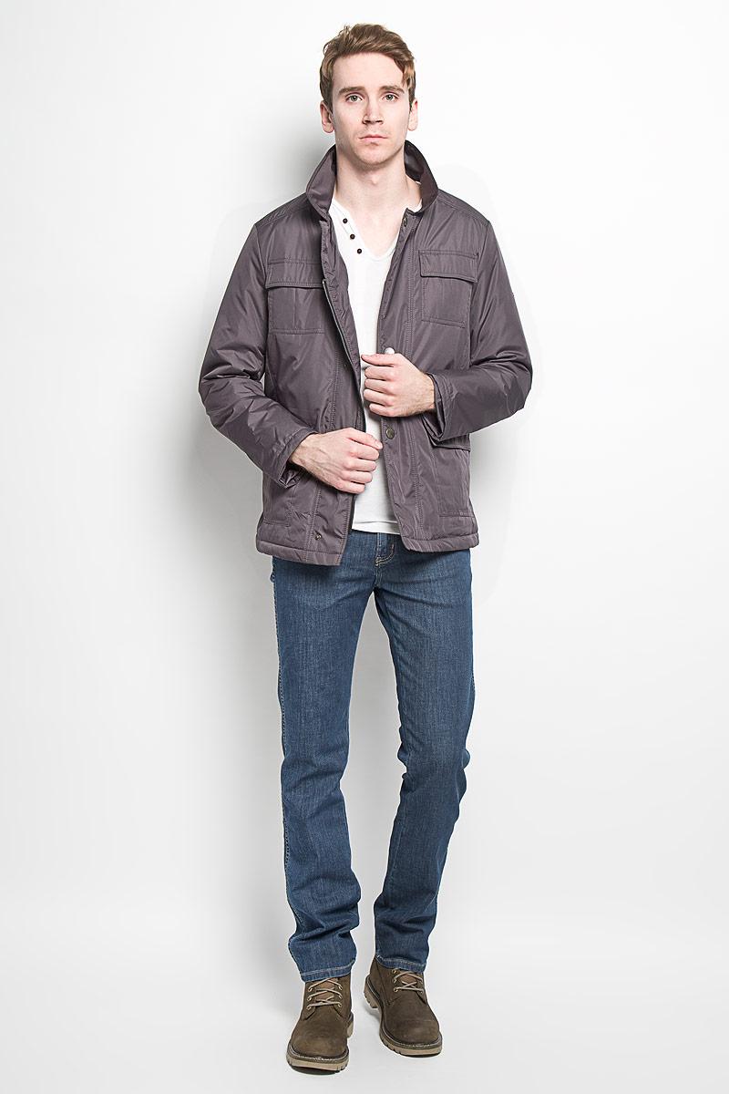 Куртка мужская Grishko, цвет: серый. AL-2871. Размер 48AL- 2871Модная мужская куртка Grishko незаменима для городских будней. Модель выполнена из гладкого высококачественного материала с непромокаемым эффектом для максимального комфорта при различных погодных условиях. Куртка утеплена холлофайбером, что делает ее необычайно легкой в носке и уходе. Кроме того, холлофайбер отличается повышенной теплоизоляцией, антибактериальными свойствами, долговечностью в использовании. Изделие приталенного кроя с длинными рукавами и отложным воротником застегивается на пластиковую застежку-молнию и ветрозащитный клапан на кнопках. На лицевой стороне модель дополнена четырьмя накладными карманами, закрывающимися клапанами на кнопках, с внутренней стороны - двумя накладными карманами на липучках. Левый рукав декорирован фирменной металлической эмблемой. Изделие легко стирается в машинке, не теряя своего первоначального вида. Эта стильная куртка послужит отличным дополнением к вашему гардеробу!