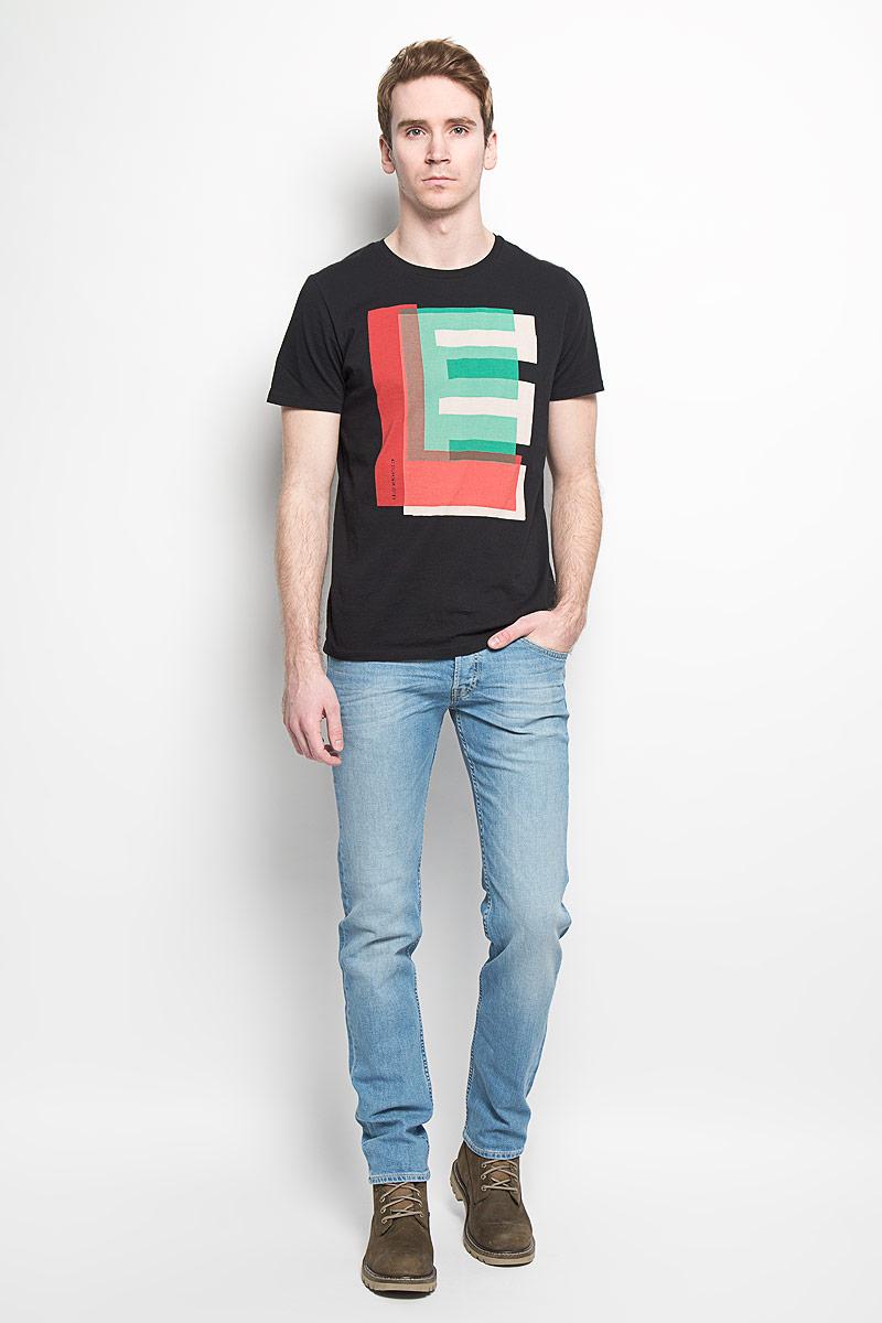 Футболка мужская Lee, цвет: черный, красный, зеленый. L64REP01. Размер L (50)L64REP01Стильная мужская футболка Lee, выполненная из натурального хлопка, обладает высокой теплопроводностью, воздухопроницаемостью и великолепно отводит влагу от тела.Модель с короткими рукавами и круглым вырезом горловины - идеальный вариант для создания образа в стиле Casual. Футболка оформлена разноцветным принтом логотипа бренда. Такая модель подарит вам комфорт в течение всего дня и послужит замечательным дополнением к вашему гардеробу.