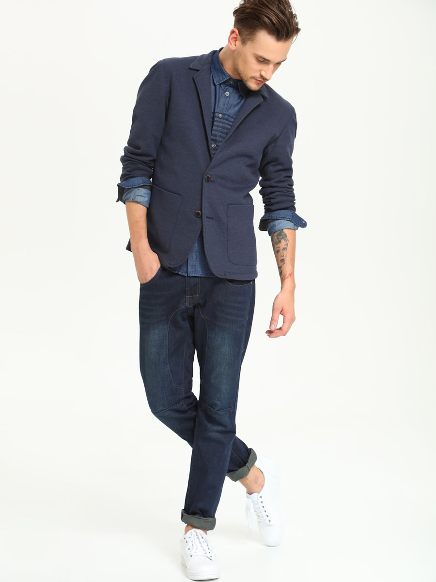 Пиджак мужской Top Secret, цвет: темно-синий. SMR0222SZ. Размер 52SMR0222SZМужской пиджак Top Secret изготовлен из натурального хлопка, благодаря чему он приятен на ощупь и удобен при носке. Подкладка изделия выполнена из полиэстера.Приталенный пиджак с длинными рукавами и воротником с лацканами застегивается на две пуговицы. Модель дополнена двумя накладными карманами. Внутри находятся два прорезных кармана. Низ рукавов декорирован пришитыми пуговицами. Этот модный и в то же время комфортный костюм - отличный вариант как для офиса, так и для повседневной носки. Благодаря классическому фасону он станет великолепным дополнением к вашему гардеробу.