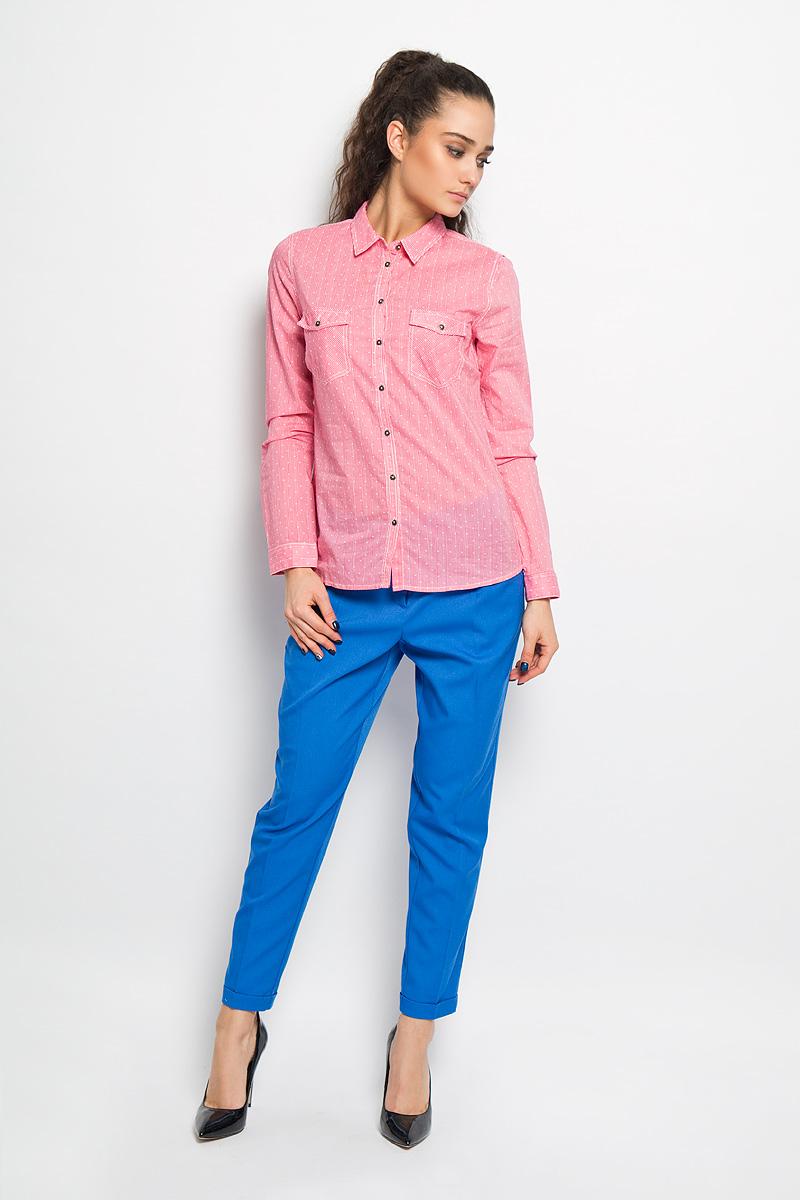 Блузка Sela, цвет: розовый, белый. B-112/712-6173. Размер 44B-112/712-6173Стильная блузка Sela выполнена из приятного на ощупь хлопка и оформлена принтом полоски. Модель приталенного кроя с отложным воротником и длинными рукавами застёгивается на пуговицы по всей длине изделия. Манжеты также застегиваются на пуговицы. На груди блузка дополнена двумя накладными карманами с клапанами на пуговицах.Модная блузка займет достойное место в вашем гардеробе.