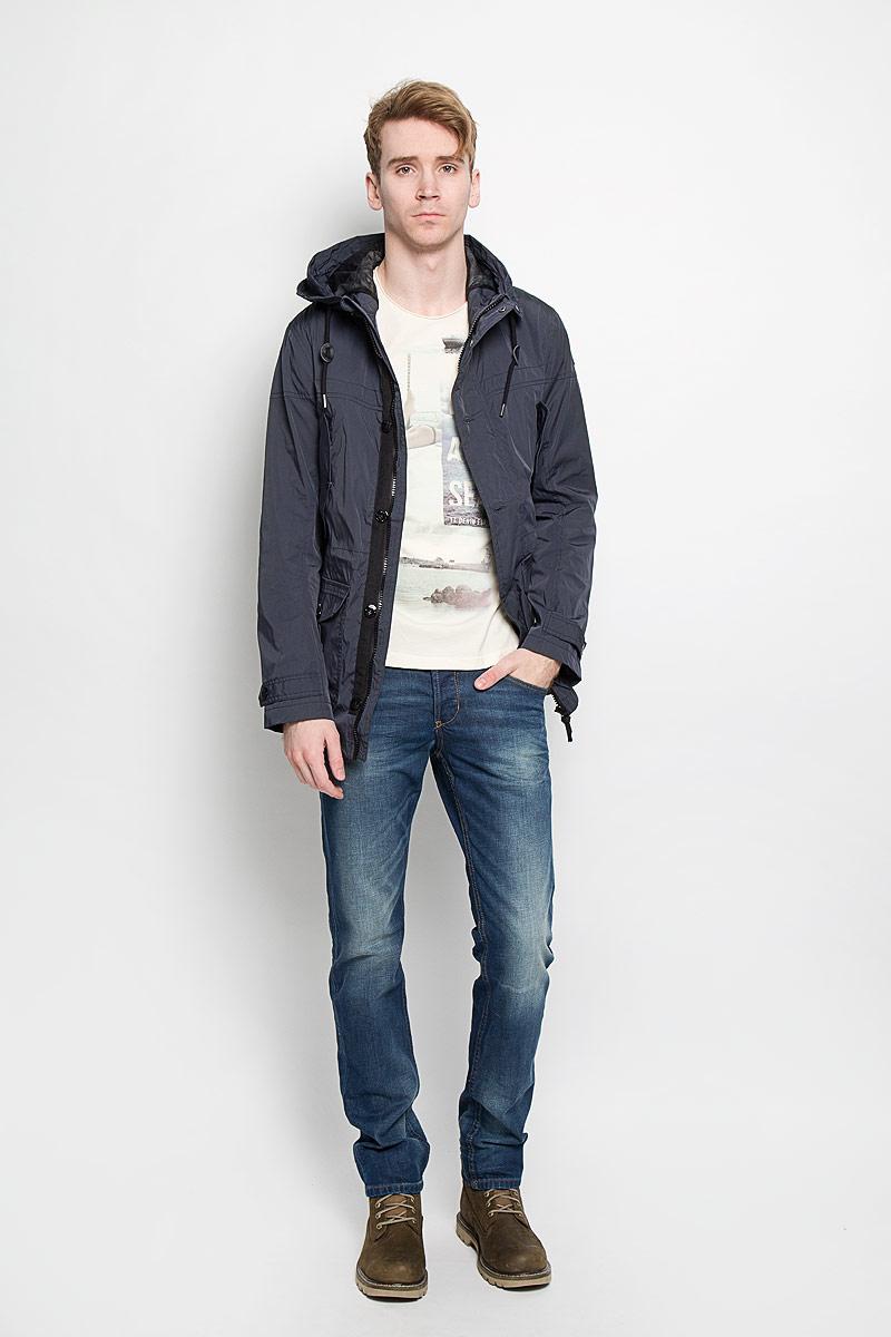Куртка мужская Tom Tailor, цвет: серо-синий. 3532474.00.10. Размер L (50)3532474.00.10Стильная мужская куртка Tom Tailor, выполненная из высококачественного материала, отлично подойдет для прохладных дней. Куртка на подкладке с несъемным капюшоном застегивается на пластиковую застежку-молнию и дополнительно имеет ветрозащитный клапан на кнопках и пуговицах и защиту подбородка. Капюшон регулируется с помощью шнурка со стопперами. Для удобства край капюшона можно закрепить с внешней стороны на кнопки. Объем манжет рукавов регулируется хлястиками на пуговицах. На талии куртка утягивается с помощью скрытого шнурка со стопперами. Спереди модель дополнена двумя прорезными карманами на кнопках и двумя накладными карманами, закрывающимися клапанами на пуговицах. Внутри предусмотрен накладной карман на липучке.Эта модная и в то же время комфортная куртка согреет вас в холодное время года и прекрасно подойдет для прогулок.