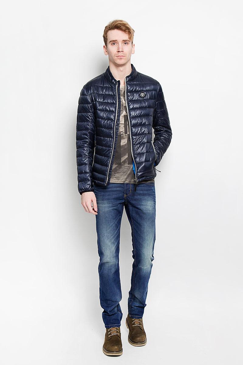 Куртка мужская Tom Tailor, цвет: серо-синий, серый. 3532461.00.10. Размер M (48)3532461.00.10Стеганая мужская куртка Tom Tailor идеально подойдет для прохладной погоды. Верх изделия выполнен из полиамида, подкладка и наполнитель - из высококачественного полиэстера. Модель с длинными рукавами и воротником-стойкой застегивается на застежку-молнию с защитой подбородка. Куртка оснащена двумя прорезными карманами на застежках-молниях снаружи и двумя накладными карманами внутри. Спинка модели удлинена. Изделие на груди украшено нашивкой в виде прорезиненного логотипа бренда. Эта модная куртка послужит отличным дополнением к вашему гардеробу.