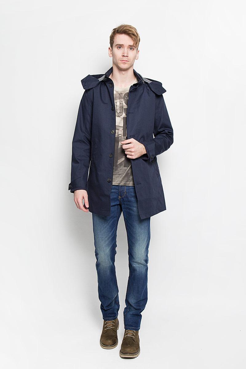 Пальто мужское Tom Tailor, цвет: темно-синий. 3820824.00.10. Размер M (48)3820824.00.10Стильное мужское пальто Tom Tailor подчеркнет вашу индивидуальность. Пальто изготовлено из полиэстера с добавлением хлопка. В качестве подкладки и наполнителя используется полиэстер.Модель с воротником-стойкой и капюшоном застегивается на застежку-молнию и дополнительно имеет ветрозащитный клапан на пуговицах. На воротнике также предусмотрена застежка - хлястик на пуговице. Капюшон пристегивается на молнию и застегивается спереди с помощью пуговиц. Спереди пальто дополнено двумя прорезными карманами на пуговицах, внутри предусмотрен накладной карман на кнопке. Низ рукавов оформлен хлястиками на пуговицах, что позволяет регулировать объем. Спинка дополнена шлицей. Это превосходное пальто защитит вас от холодов и станет станет отличным дополнением вашего гардероба.