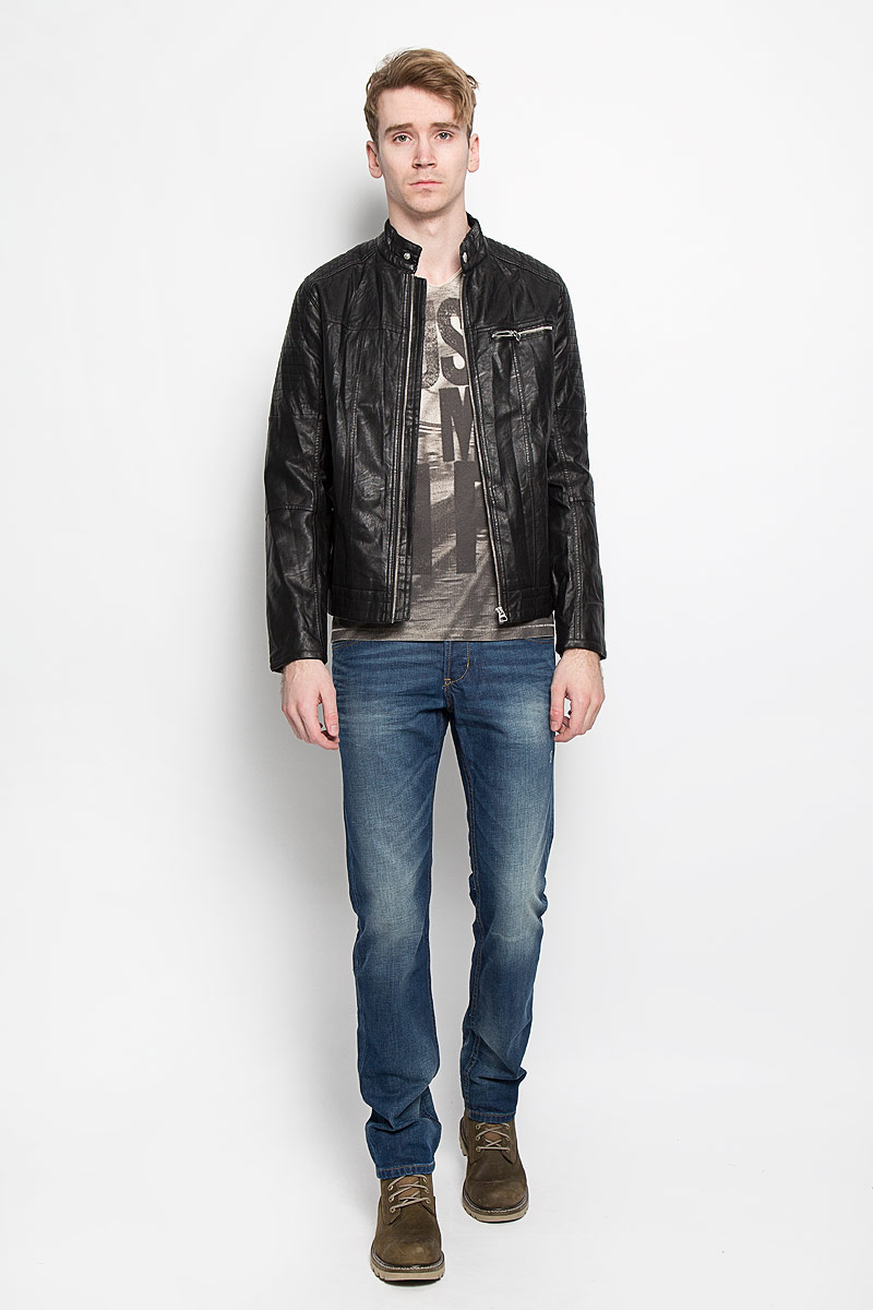 Куртка мужская Tom Tailor Denim, цвет: черный. 3722053.00.12. Размер M (48)3722053.00.12Стильная мужская куртка Tom Tailor Denim выполнена из высококачественной искусственной матовой кожи с подкладкой из полиэстера и рассчитана на прохладную погоду. Куртка поможет вам почувствовать себя максимально комфортно и стильно. Модель с длинными рукавами и воротником-стойкой застегивается на металлическую застежку-молнию и кнопку на воротнике. Куртка дополнена двумя втачными карманами, которые застёгиваются на кнопки, одним втачным горизонтальным карманом на застежке-молнии и потайным кармашком на кнопке, расположенным с внутренней стороны изделия. Модный дизайн и практичность - отличный выбор на каждый день!