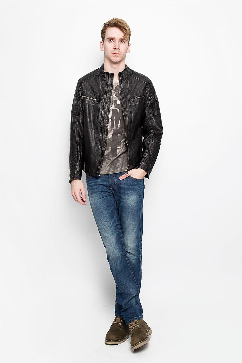 Куртка мужская Tom Tailor, цвет: черный. 3722063.00.10. Размер L (50)3722063.00.10Стильная мужская куртка Tom Tailor выполнена из высококачественной искусственной матовой кожи с подкладкой из полиэстера и рассчитана на прохладную погоду. Куртка поможет вам почувствовать себя максимально комфортно и стильно. Модель с длинными рукавами и воротником-стойкой застегивается на металлическую застежку-молнию. Манжеты застёгиваются на кнопку. Куртка дополнена двумя втачными карманами, которые застёгиваются на кнопки, двумя втачными горизонтальными карманами на застежке-молнии и потайным кармашком на кнопке, расположенным с внутренней стороны изделия. На левом рукаве небольшая нашивка с названием бренда. Модный дизайн и практичность - отличный выбор на каждый день!