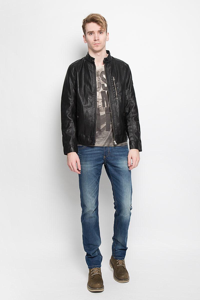 Куртка мужская Tom Tailor, цвет: черный. 3722062.00.10. Размер S (46)3722062.00.10Стильная мужская куртка Tom Tailor выполнена из высококачественной искусственной матовой кожи с подкладкой из полиэстера и рассчитана на прохладную погоду. Куртка поможет вам почувствовать себя максимально комфортно и стильно. Модель с длинными рукавами и воротником-стойкой застегивается на металлическую застежку-молнию и кнопку на воротнике. Манжеты застёгиваются на потайную кнопку. Куртка дополнена двумя втачными карманами которые застёгиваются на кнопки, одним втачным вертикальным карманом на застежке-молнии и потайным кармашком на кнопке, расположенным с внутренней стороны изделия. На левом рукаве небольшая нашивка с названием бренда. Модный дизайн и практичность - отличный выбор на каждый день!