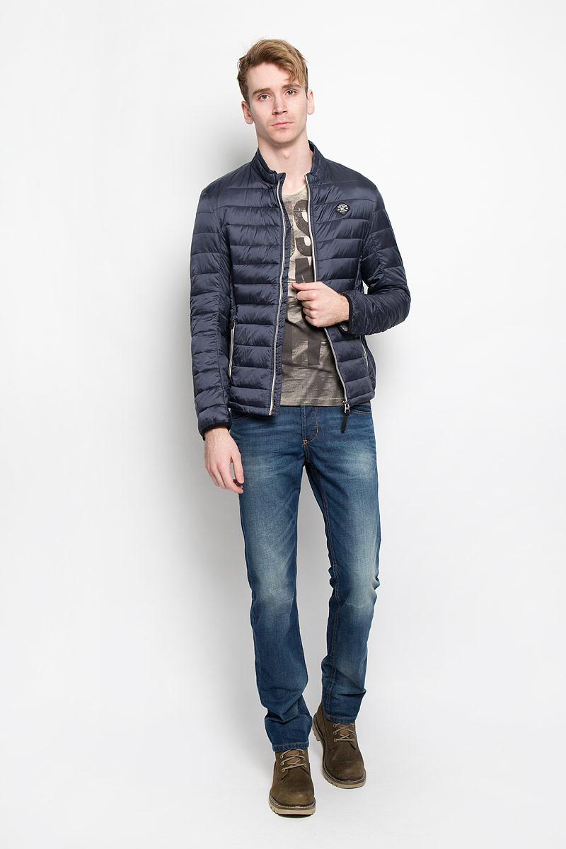 Куртка мужская Tom Tailor, цвет: темно-синий, синий. 3532461.00.10. Размер M (48)3532461.00.10Стеганая мужская куртка Tom Tailor идеально подойдет для прохладной погоды. Верх изделия выполнен из полиамида, подкладка и наполнитель - из высококачественного полиэстера. Модель с длинными рукавами и воротником-стойкой застегивается на застежку-молнию с защитой подбородка. Куртка оснащена двумя прорезными карманами на застежках-молниях снаружи и двумя накладными карманами внутри. Спинка модели удлинена. Изделие на груди украшено нашивкой в виде прорезиненного логотипа бренда. Эта модная куртка послужит отличным дополнением к вашему гардеробу.
