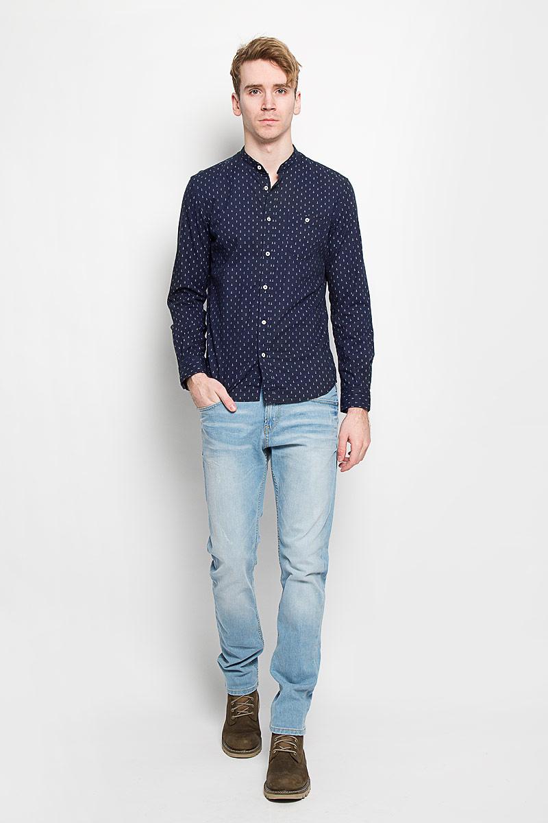 Рубашка мужская Tom Tailor Denim, цвет: темно-синий. 2031439.00.12. Размер M (48)2031439.00.12Мужская рубашка Tom Tailor Denim, выполненная из натурального хлопка, идеально дополнит ваш образ. Материал мягкий и приятный на ощупь, не сковывает движения и позволяет коже дышать.Рубашка приталенного кроя, с длинными рукавами, не большим воротником стойкой и закруглённым низом. Изделие спереди застегивается на пуговицы. Манжеты на рукавах также застегиваются на пуговицы. На груди модель дополнена накладным карманом на пуговице. Рубашка оформлена мелким контрастным принтом в виде якорей.Такая модель будет дарить вам комфорт в течение всего дня и станет стильным дополнением к вашему гардеробу.