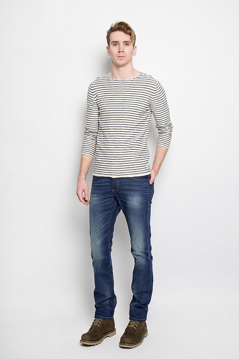 Джинсы мужские Tom Tailor Denim Aedan, цвет: темно-синий. 6203315.09.12. Размер 31-34 (46/48-34)6203315.09.12Модные мужские джинсы Tom Tailor Denim Aedan - джинсы высочайшего качества на каждый день, которые прекрасно сидят.Модель зауженного кроя и низкой посадки изготовлена из натурального хлопка. Застегиваются джинсы на пуговицу на поясе и три пуговицы на ширинке, также имеются шлевки для ремня. Спереди модель дополнена двумя втачными карманами и одним накладным кармашком, а сзади - двумя накладными карманами. Оформлено изделие эффектом потертости и перманентными складками. Эти стильные и в то же время комфортные джинсы послужат отличным дополнением к вашему гардеробу. В них вы всегда будете чувствовать себя уютно и комфортно.