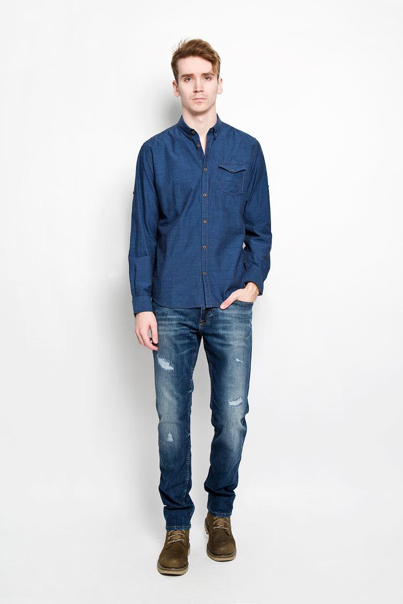 Рубашка мужская Tom Tailor, цвет: темно-синий. 2031332.00.10. Размер M (48)2031332.00.10Стильная мужская рубашка Tom Tailor, изготовленная из натурального хлопка, необычайно мягкая и приятная на ощупь, не сковывает движения и позволяет коже дышать, обеспечивая наибольший комфорт. Рубашка свободного кроя с отложным воротником, длинными рукавами и полукруглым низом застегивается на пластиковые пуговицы. Длинные рукава дополнены манжетами на пуговицах. При желании рукава можно закатать и зафиксировать их хлястиком на пуговичке. Воротник фиксируется на пуговицы. Спереди рубашка дополнена накладным карманом с клапаном на пуговице. Такая модель порадует настоящих ценителей комфорта и практичности!