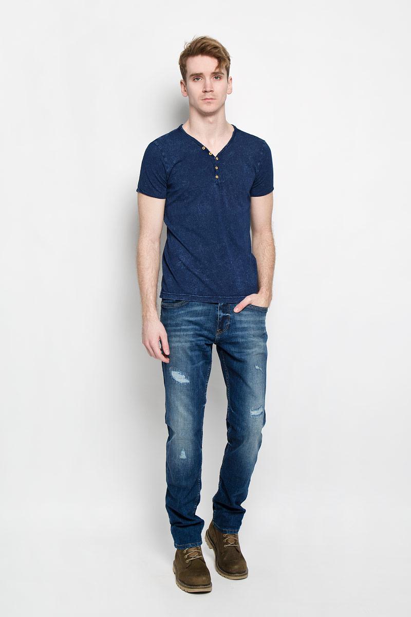 Джинсы мужские Tom Tailor, цвет: синий. 6204229.00.10. Размер 32-34 (48-34)6204229.00.10Стильные мужские джинсы Tom Tailor - джинсы высочайшего качества, которые прекрасно сидят. Модель слегка зауженного кроя и средней посадки изготовлена из высококачественного эластичного хлопка, не сковывает движения и дарит комфорт. Джинсы на талии застегиваются на металлическую пуговицу, а также имеют ширинку на молнии и шлевки для ремня. Спереди модель дополнена двумя втачными карманами и одним врезным маленьким кармашком, а сзади - двумя большими накладными карманами. Джинсы оформлены эффектом потертости и рваным эффектом. Эти модные и в тоже время удобные джинсы помогут вам создать оригинальный современный образ. В них вы всегда будете чувствовать себя уверенно и комфортно.
