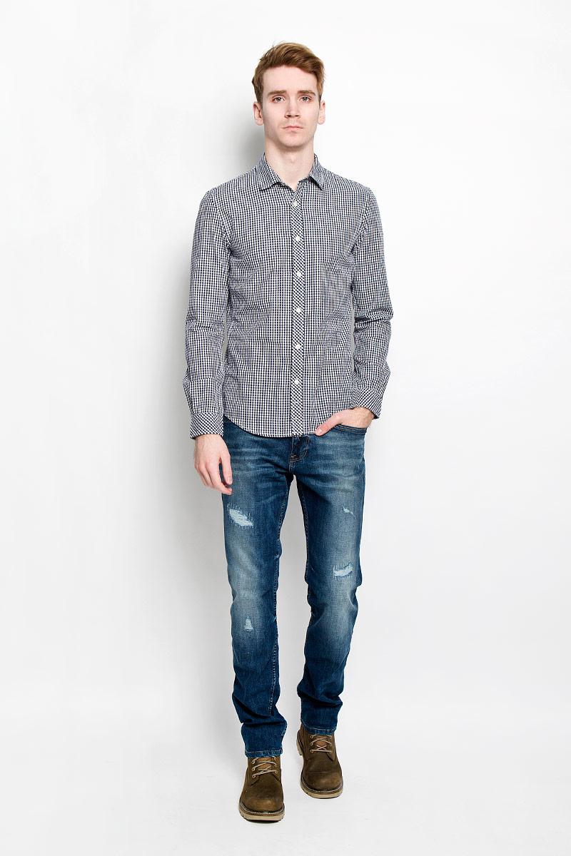 Рубашка мужская Tom Tailor Denim, цвет: темно-синий, белый. 2031127.09.12. Размер XL (52)2031127.09.12Мужская рубашка Tom Tailor Denim, выполненная из натурального хлопка, идеально дополнит ваш образ. Материал мягкий и приятный на ощупь, не сковывает движения и позволяет коже дышать.Рубашка приталенного кроя, с длинными рукавами, отложным воротником и закруглённым низом. Изделие спереди застегивается на пуговицы. Манжеты на рукавах также застегиваются на пуговицы. Рубашка оформлена мелким контрастным принтом в клетку.Такая модель будет дарить вам комфорт в течение всего дня и станет стильным дополнением к вашему гардеробу.