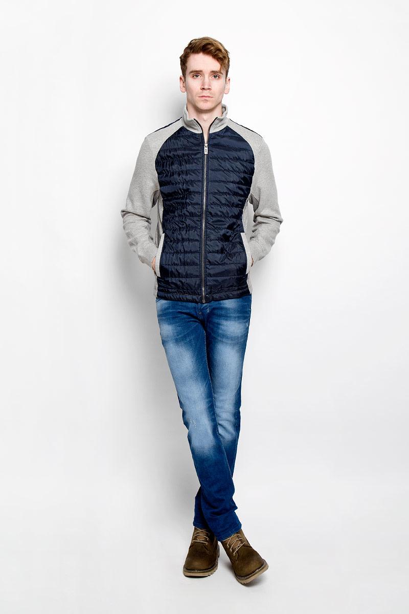 Олимпийка мужская Tom Tailor, цвет: темно-синий, серый. 2529950.00.10. Размер S (46)2529950.00.10Мужская олимпийка Tom Tailor с воротником-стойкой и длинными рукавами будет гармонично смотреться в сочетании, как с джинсами, так и с брюками. Модель изготовлена из хлопка с добавлением полиэстера. Застегивается на металлическую застежку-молнию по всей длине изделия. Манжеты дополнены трикотажной эластичной резинкой, что предотвращает деформацию при носке. Лицевая часть и верх спинки дополнены стегаными вставками. Спереди у модели имеются два прорезных кармана. Такая олимпийка незаменима прохладными летними вечерами и весной.
