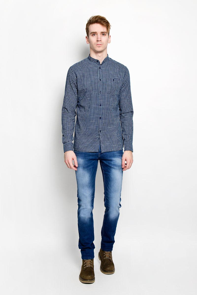 Рубашка мужская Top Secret, цвет: темно-синий, белый. SKL1911GR. Размер 38/39 (46)SKL1911GRСтильная мужская рубашка Top Secret, изготовленная из высококачественного хлопка, необычайно мягкая и приятная на ощупь, не сковывает движения и позволяет коже дышать, обеспечивая наибольший комфорт. Модная рубашка свободного кроя с воротником-стойкой, длинными рукавами и полукруглым низом застегивается на пластиковые пуговицы. Длинные рукава дополнены манжетами на пуговицах. Модель оформлена принтом в клетку и на груди дополнена накладным карманом на застежке-пуговице. Эта рубашка идеальный вариант для повседневного гардероба. Такая модель порадует настоящих ценителей комфорта и практичности!
