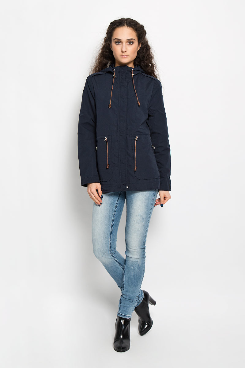 Куртка женская Broadway Berit, цвет: темно-синий. 10156015 541. Размер M (46)10156015 541Стильная женская удлиненная куртка Broadway Berit выполнена из высококачественного плотного материала, рассчитана на прохладную погоду. Она поможет вам почувствовать себя максимально комфортно и стильно. Модель с длинными рукавами, несъемным капюшоном застегивается на застежку-молнию и дополнительно ветрозащитным клапаном на металлические кнопки. На плечиках модель оформлена декоративными хлястиками. Капюшон и линия талии дополнены утягивающим шнурком со стопперами. Спереди у куртки располагаются два врезных кармана на застежках-молниях. На спинке снизу декоративный разрез - 10 см.В этой куртке вам будет комфортно. Модная фактура ткани, отличное качество, великолепный дизайн.
