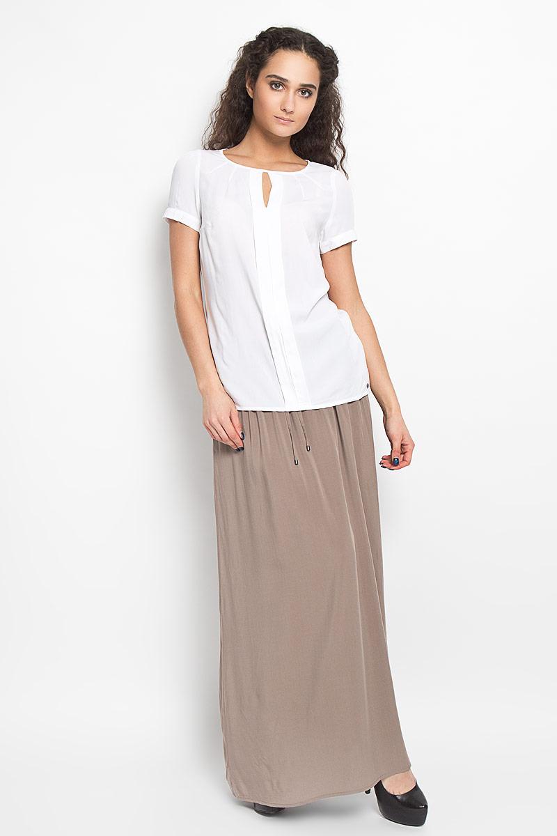Блузка женская Finn Flare, цвет: белый. S16-14022_201. Размер XS (42)S16-14022_201Модная и стильная блузка Finn Flare выполненная из 100% вискозы, благодаря своей универсальности идеально впишется в любой гардероб. Модель с короткими рукавами и круглым вырезом горловины оформлена декоративной планкой по центру изделия, разрезом на груди от линии горловины и вытачками. Рукава присборены по линии плеча и дополнены застежкой пуговицей. Блузка декорирована металлической пластиной логотипа бренда.Такая модель, несомненно, понравится ее обладательнице и послужит отличным дополнением к гардеробу.