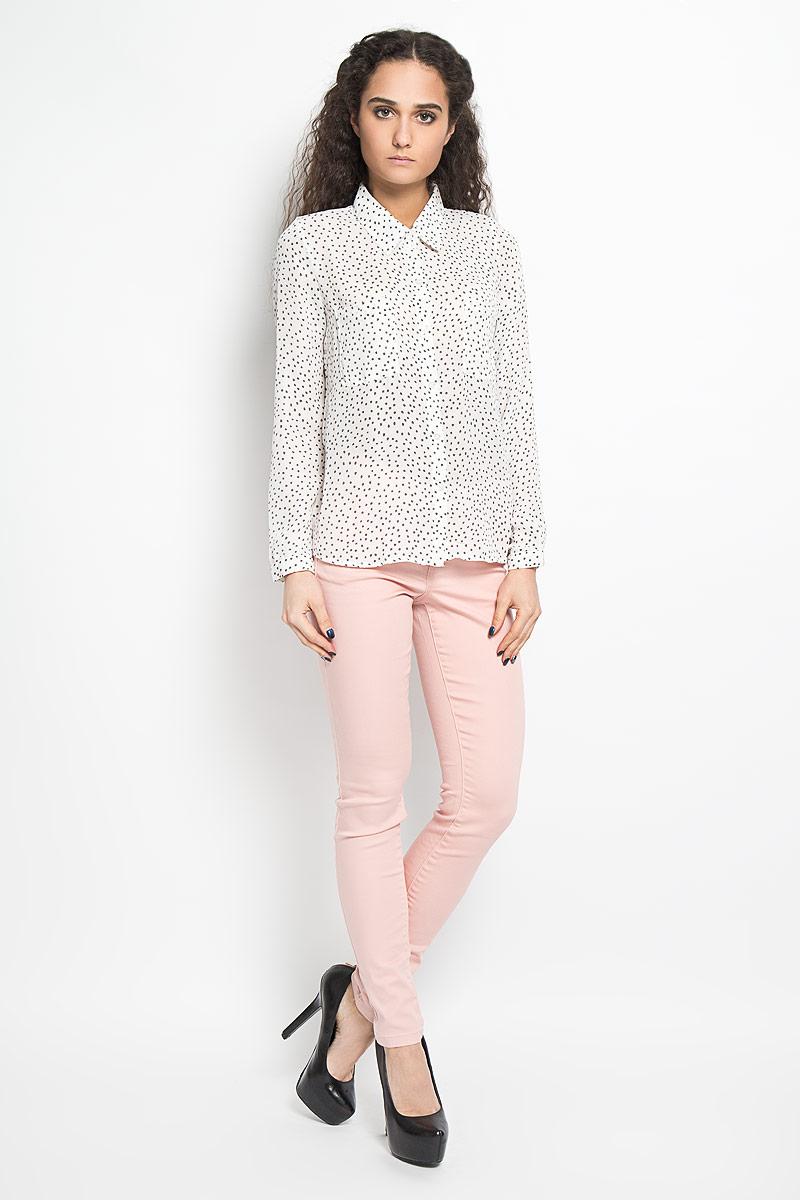 Блузка женская Broadway Alita, цвет: белый, серый. 10156074 001. Размер L (48)10156074 001Модная и стильная блузка Broadway Alita, выполненная из струящегося легкого материала - 100% полиэстера, благодаря своей универсальности идеально впишется в любой гардероб.Модель с длинными рукавами и отложным воротником застёгивается на пластиковые пуговицы по всей длине изделия. Блузка оформлена оригинальным принтом и дополнена двумя накладными карманами на груди. Рукава дополнены узкими манжетами с пуговицами. Удлинённая спинка изделия имеет закругленный низ.Такая модель, несомненно, понравится ее обладательнице и послужит отличным дополнением к гардеробу.