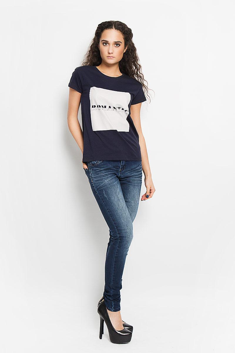 Футболка женская Broadway Charlize, цвет: темно-синий. 10156201 54F. Размер XL (50)10156201 54FСтильная женская футболка Broadway Charlize, выполненная из высококачественного хлопка, обладает высокой воздухопроницаемостью и гигроскопичностью, позволяет коже дышать. Модель с короткими рукавами и круглым вырезом горловины спереди оформлена квадратной термоаппликацией с надписью Im a Hopeless Romantic.Эта футболка - идеальный вариант для создания эффектного образа.
