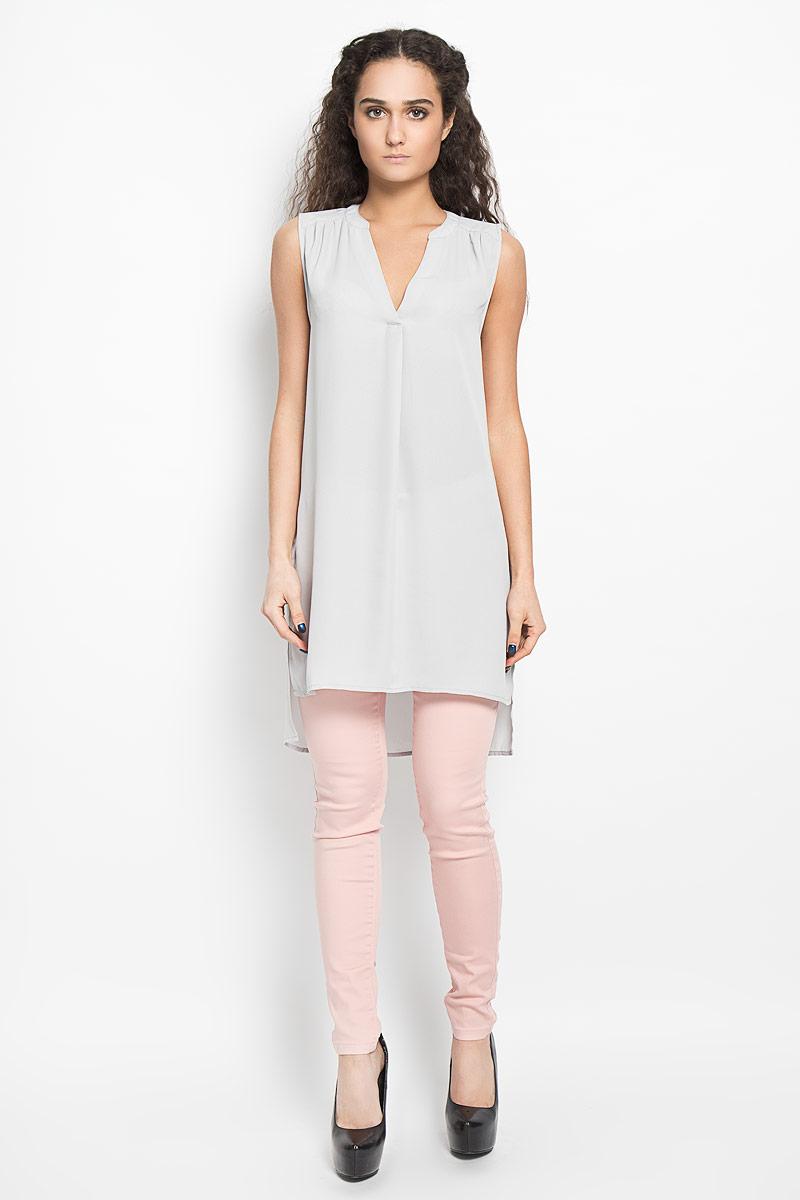 Блузка женская Broadway Bashia, цвет: светло-серый. 10156076 890. Размер M (46)10156076 890Стильная женская блуза Broadway, выполненная из струящегося легкого материала, подчеркнет ваш уникальный стиль и поможет создать оригинальный женственный образ.Модная удлиненная блузка с V-образным вырезом горловины дополнена разрезами по бокам. Перед и спинка изделия отличаются по своей длине. Линия плеча и верхняя часть спинки декорированы мелкими складками.Легкая блуза идеально подойдет для жарких летних дней. Такая блузка будет дарить вам комфорт в течение всего дня и послужит замечательным дополнением к вашему гардеробу.