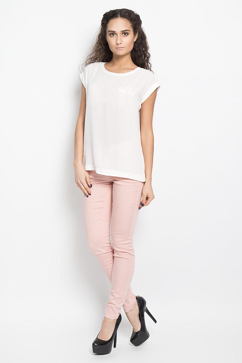 Блузка женская Broadway Harlyn, цвет: белый. 10156044 001. Размер M (46)10156044 001Модная и стильная блузка Broadway Harlyn выполненная из высококачественного материала, благодаря своей универсальности идеально впишется в любой гардероб. Перед блузки выполнен из полупрозрачного полиэфира, а спинка из мягкого и приятного на ощупь материала - полиэфира с добавлением вискозы.Модель с короткими цельнокроеными рукавами, круглым вырезом горловины и разрезами по бокам оформлена имитацией кармашка с пуговицей. Рукава дополнены отворотами.Такая модель, несомненно, понравится ее обладательнице и послужит отличным дополнением к гардеробу.