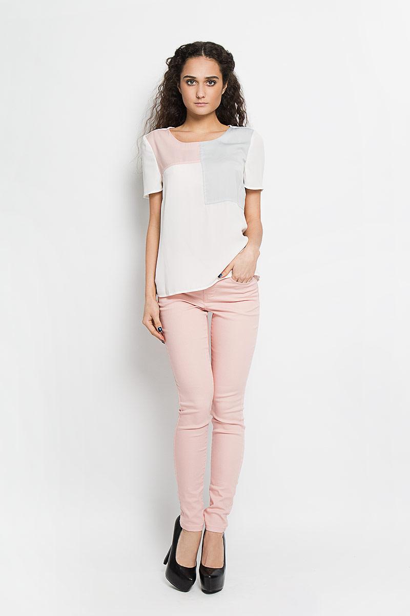 Блузка женская Broadway Bebe, цвет: белый, светло-серый, нежно-розовый. 10156090 001. Размер L (48)10156090 001Стильная женская блуза Broadway Bebe выполненная из 100% полиэстера, подчеркнет ваш уникальный стиль и поможет создать оригинальный женственный образ.Блузка с круглым вырезом горловины и короткими рукавами застегивается сзади петлей на пуговицу, образуя при этом небольшой разрез. Изделие спереди оформлено геометрическими контрастными вставками.Модель идеально подойдет для жарких летних дней. Такая блузка будет дарить вам комфорт в течение всего дня и послужит замечательным дополнением к вашему гардеробу.
