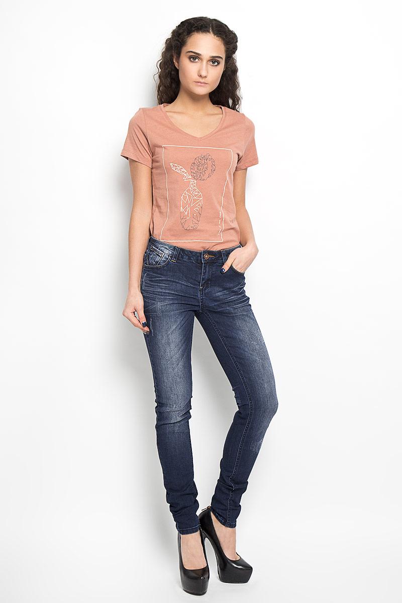 Джинсы женские Broadway Jane, цвет: темно-синий. 10156133_537. Размер 29-32 (46-32)10156133_537Стильные женские джинсы Broadway Jane созданы специально для того, чтобы подчеркивать достоинства вашей фигуры. Модель зауженного кроя и заниженной посадки станет отличным дополнением к вашему современному образу. Застегиваются джинсы на металлическую пуговицу в поясе и ширинку на застежке-молнии, имеются шлевки для ремня. Спереди модель дополнена двумя втачными карманами и небольшим секретным кармашком, а сзади - двумя накладными карманами. Джинсы оформлены эффектом потертости, перманентными складками. br>Эти модные и в тоже время комфортные джинсы послужат отличным дополнением к вашему гардеробу. В них вы всегда будете чувствовать себя уютно и комфортно.
