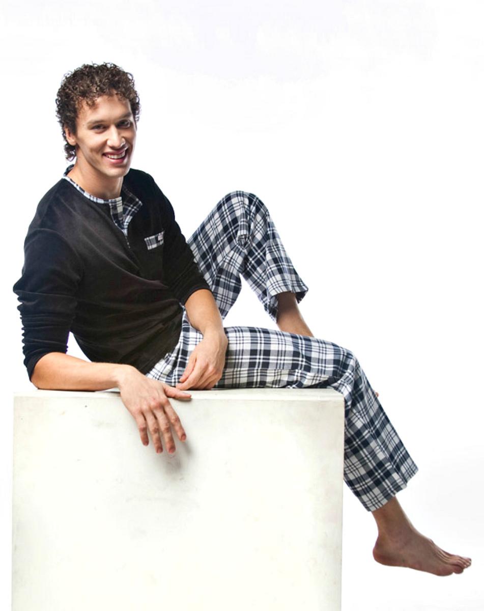 Пижама мужская Lowry, цвет: черный, темно-синий, белый. MPG-64. Размер L (48)MPG-64Симпатичная мужская пижама Lowry, изготовленная из натурального хлопка, приятная на ощупь, не сковывает движения, обеспечивая наибольший комфорт.Пижама состоит из кофты и брюк. Кофта с круглым вырезом горловины и длинными рукавами сверху застегивается на три пуговицы. Кофта дополнена небольшим накладным кармашком на уровне груди. Брюки свободного кроя дополнены на поясе эластичной резинкой и оформлены принтом в клетку. Очень комфортная и уютная пижама.