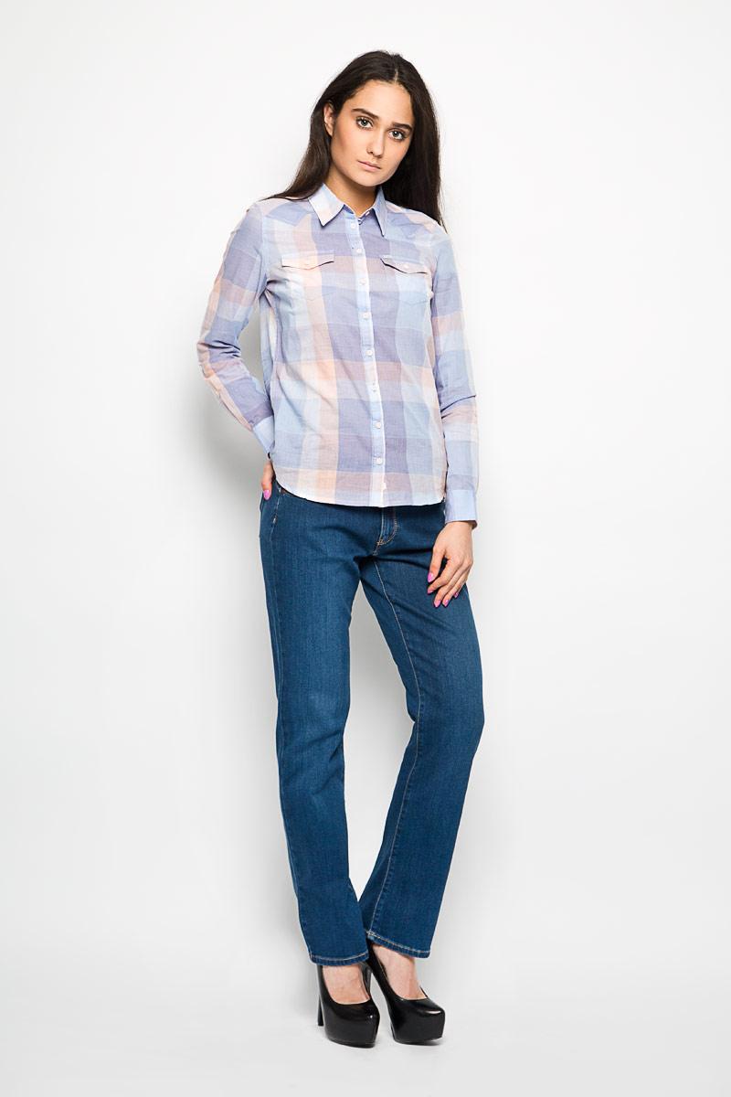Блузка женская Wrangler, цвет: сиреневый, голубой, светло-персиковый. W5045BNQI. Размер XL (48)W5045BNQIЖенская блузка Wrangler, выполненная из натурального хлопка, прекрасно дополнит ваш образ. Материал очень легкий, приятный на ощупь, позволяет коже дышать, не сковывает движения.Блузка с отложным воротником и длинными рукавами спереди застегивается на пуговицы по всей длине. Манжеты также имеют застежки-пуговицы. На груди модель дополнена двумя накладными карманами, закрывающимися клапанами на пуговицах. Оформлено изделие принтом в клетку. Такая блузка будет дарить вам комфорт в течение всего дня и станет стильным дополнением к вашемугардеробу.