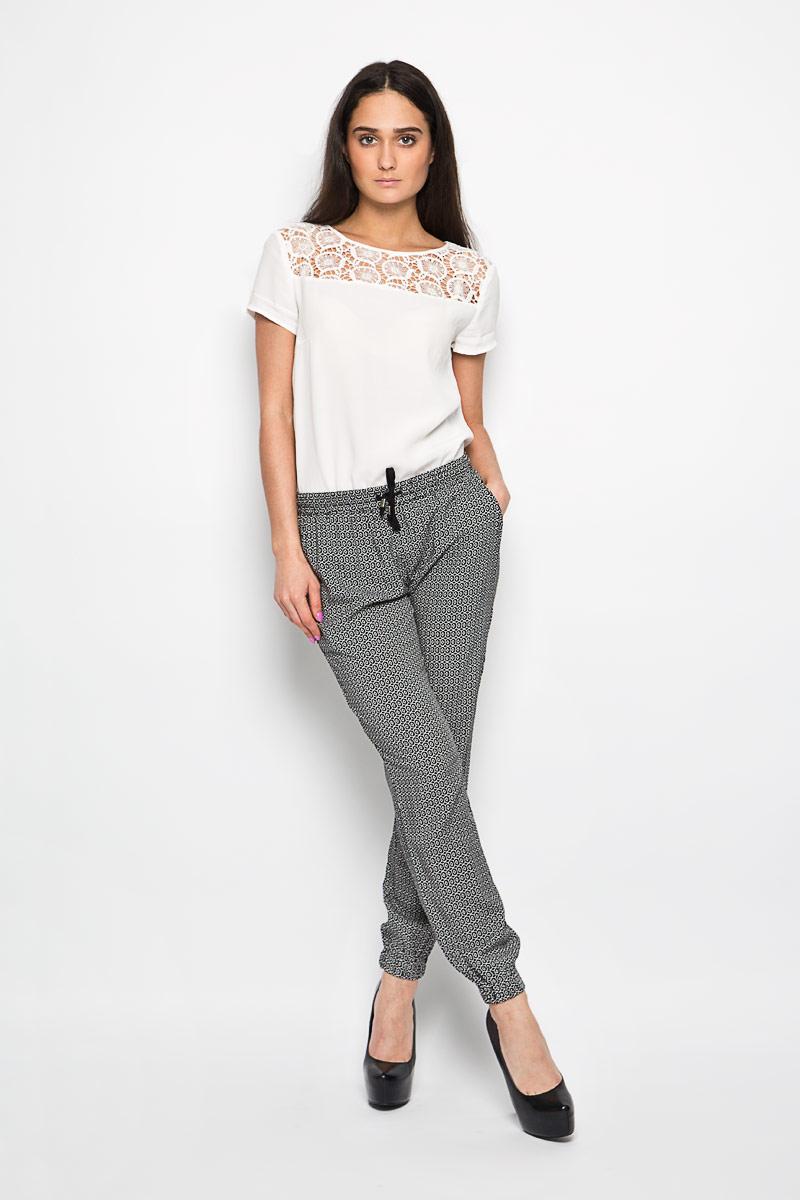 Брюки женские Baon, цвет: черный, белый. B296032. Размер S (44)B296032Женские брюки Baon слегка зауженного к низу кроя идеальны для создания модного образа. Выполнены брюки из 100% вискозы и оформлены оригинальным геометрическим орнаментом.Модель на широком эластичном поясе с кулиской. Штанины с широкими эластичными манжетами не сдавливают ногу. В боковых швах расположены втачные карманы. Отличный вариант для повседневной носки или активного отдыха.