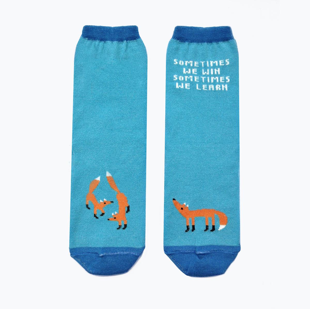 Носки женские Big Bang Socks, цвет: голубой, оранжевый. ca1121. Размер 35/39ca1121Яркие женские носки Big Bang Socks изготовлены из высококачественного хлопка с добавлением полиамидных и эластановых волокон, которые обеспечивают великолепную посадку. Носки отличаются ярким стильным дизайном, они оформлены изображением лисичек и надписью: Sometimes we win sometimes we learn. Удобная резинка идеально облегает ногу и не пережимает сосуды, усиленные пятка и мысок повышают износоустойчивость носка, а удлиненный паголенок придает более эстетичный вид. Дизайнерские носки Big Bang Socks - яркая деталь в вашем образе и оригинальный подарок для друзей и близких.