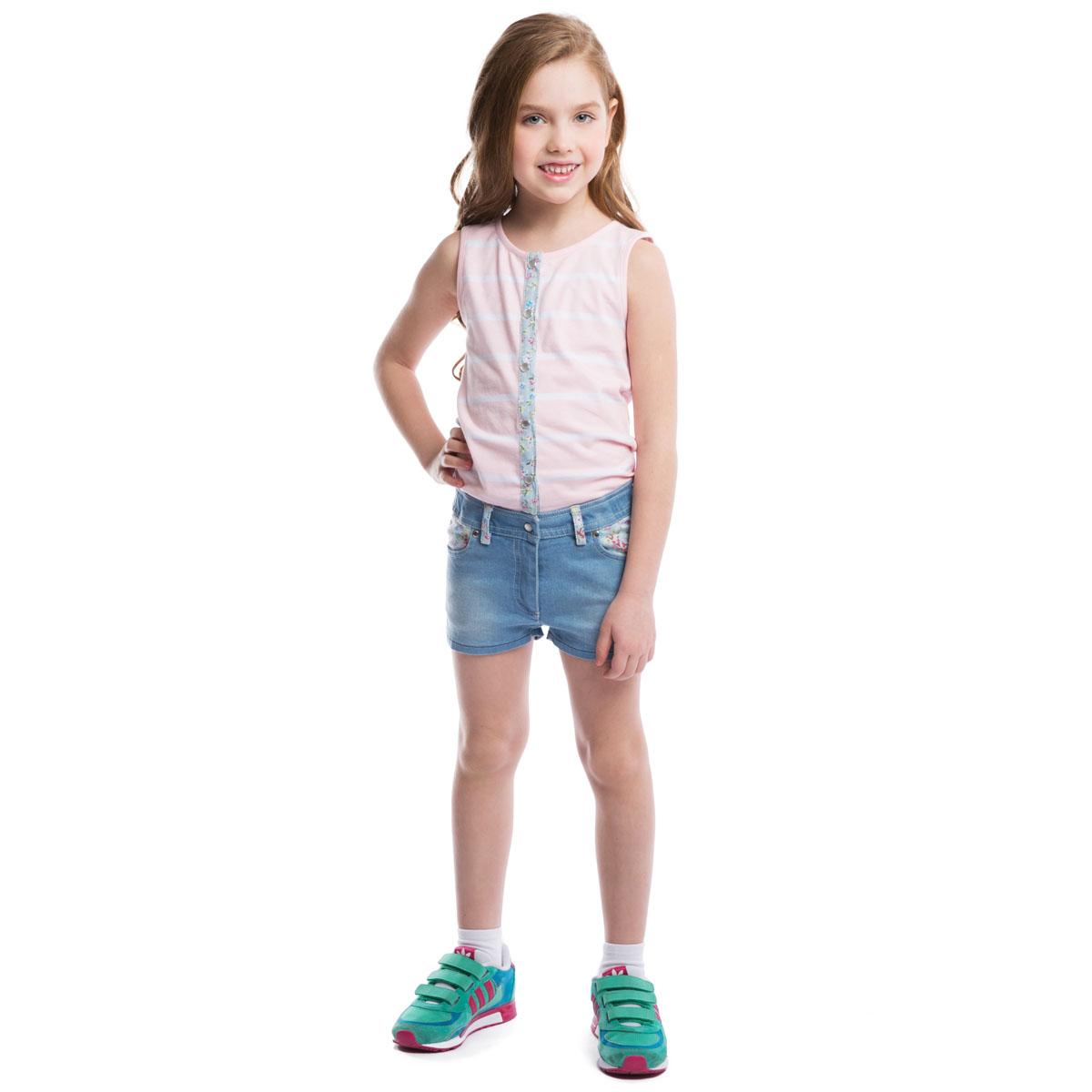 Полукомбинезон для девочки PlayToday, цвет: голубой, розовый, белый. 262002. Размер 116, 6 лет262002Стильный полукомбинезон для девочки PlayToday, выполненный в виде майки с джинсовыми шортиками идеально подойдет вашей малышке и станет отличным дополнением к детскому гардеробу. Изготовленный из эластичного хлопка, он необычайно мягкий и приятный на ощупь, не сковывает движения малышки и позволяет коже дышать, не раздражает нежную кожу ребенка, обеспечивая ему наибольший комфорт. Летний полукомбинезон с высокой грудкой без рукавов и с круглым вырезом горловины застегивается на кнопки, шортики имеют ширинку-молнию, благодаря чему он надежно и удобно сидит, что делает его идеальным для активных игр дома и на свежем воздухе. Имеются шлевки для ремня. Спереди он дополнен двумя втачными кармашками, а сзади - двумя накладными карманами, украшенными фигурными прострочками. В таком полукомбинезоне ваша маленькая принцесса будет чувствовать себя комфортно, уютно и всегда будет в центре внимания!