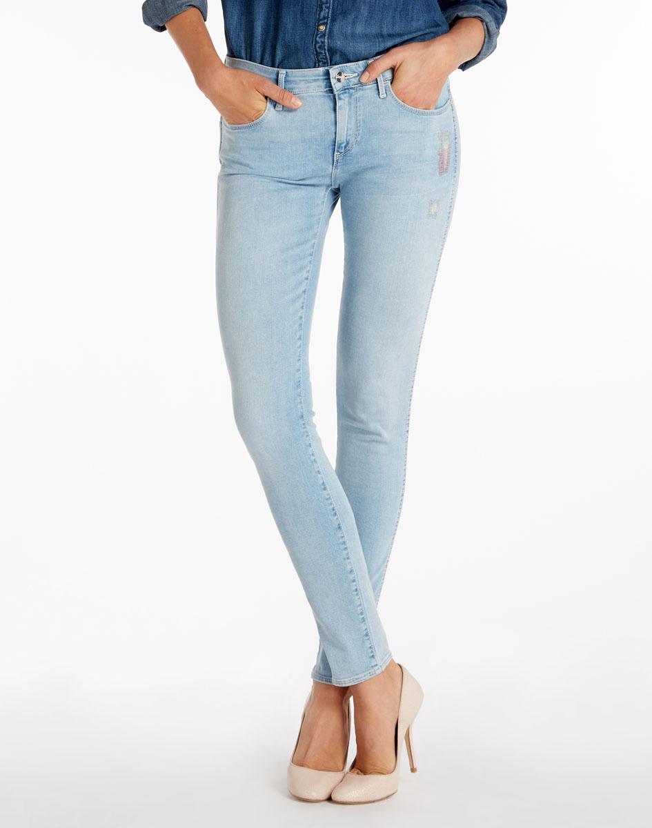 Джинсы женские Wrangler Corynn, цвет: серо-голубой. W25F4076Q. Размер 26-32 (42-32)W25F4076QСтильные женские джинсы Wrangler Corynn созданы специально для того, чтобы подчеркивать достоинства вашей фигуры. Модель облегающего кроя и средней посадки станет отличным дополнением к вашему современному образу. Застегиваются джинсы на пуговицу в поясе и ширинку на застежке-молнии, имеются шлевки для ремня. Спереди модель оформлены двумя втачными карманами и одним небольшим секретным кармашком, а сзади - двумя накладными карманами. Оформлены «штопанным» эффектом.Эти модные и в тоже время комфортные джинсы послужат отличным дополнением к вашему гардеробу. В них вы всегда будете чувствовать себя уютно и комфортно.