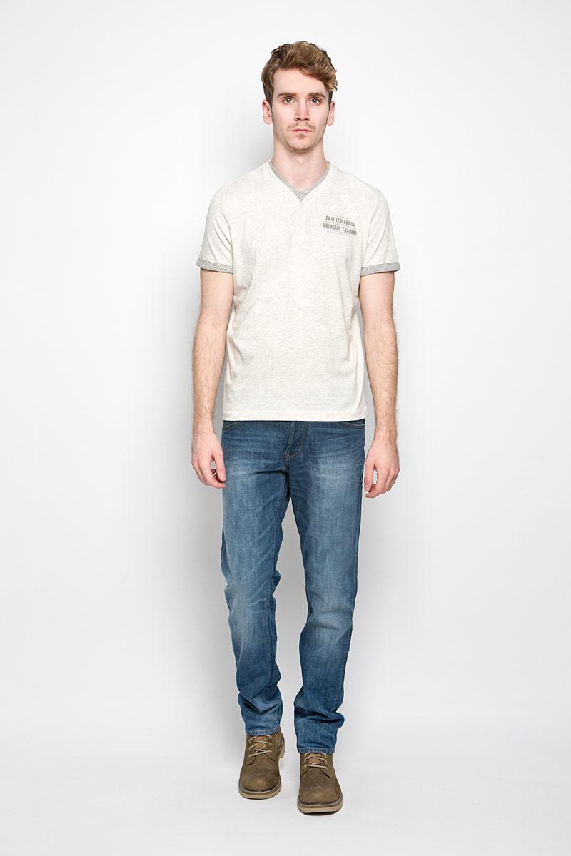 Футболка мужская Tom Tailor, цвет: светло-серый меланж. 1034339.00.10_2649. Размер M (48)1034339.00.10_2649Стильная мужская футболка Tom Tailor выполнена из натурального хлопка. Материал очень мягкий и приятный на ощупь, обладает высокой воздухопроницаемостью и гигроскопичностью, позволяет коже дышать. Модель прямого кроя с V-образным вырезом горловины и короткими рукавами. Горловина дополнена планкой с пуговицами и вставкой из материала с принтом в полоску. Низ рукава обработан небольшими манжетами из материала с принтом полоску. На груди небольшая надпись на английском языке.Такая модель подарит вам комфорт в течение всего дня и послужит замечательным дополнением к вашему гардеробу.