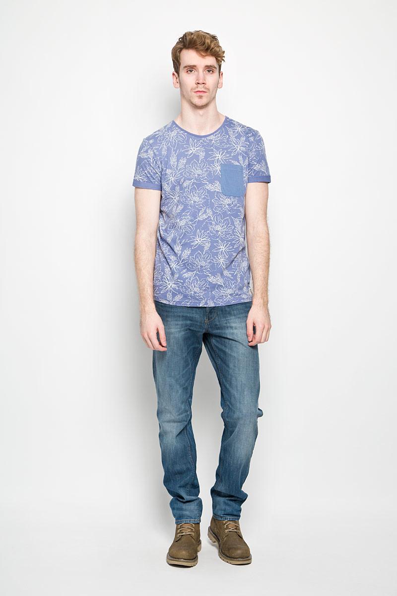 Футболка мужская Tom Tailor Denim, цвет: сине-фиолетовый, белый. 1034428.00.12_6696. Размер L (50)1034428.00.12_6696Стильная мужская футболка Tom Tailor выполнена из натурального хлопка и дополнена оригинальным цветочным принтом. Материал очень мягкий и приятный на ощупь, обладает высокой воздухопроницаемостью и гигроскопичностью, позволяет коже дышать. Модель прямого кроя с круглым вырезом горловины и короткими рукавами. Футболка спереди дополнена небольшим накладным карманом и нашивкой с наименованием бренда, а сзади вышитым символом бренда. Низ рукавов оформлен оригинальной подгибкой. Такая модель подарит вам комфорт в течение всего дня и послужит замечательным дополнением к вашему гардеробу.