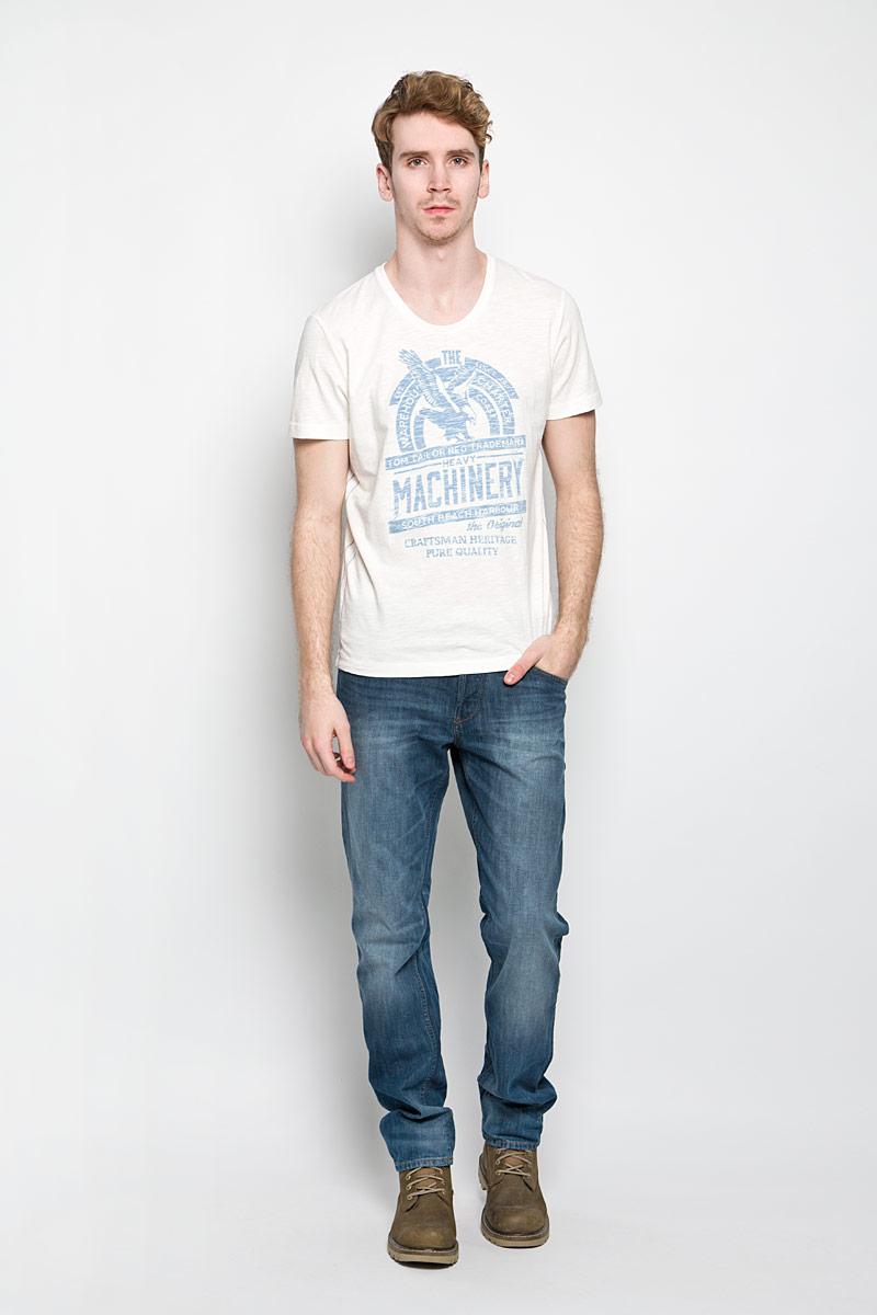 Футболка мужская Tom Tailor, цвет: молочный, синий. 1034347.62.10_8005. Размер L (50)1034347.62.10_8005Стильная мужская футболка Tom Tailor выполнена из натурального хлопка. Материал очень мягкий и приятный на ощупь, обладает высокой воздухопроницаемостью и гигроскопичностью, позволяет коже дышать. Модель прямого кроя с круглым вырезом горловины и короткими рукавами. Горловина обработана трикотажной резинкой, которая предотвращает деформацию после стирки и во время носки. Боковые швы оформлены оригинальной прострочкой. Футболка спереди дополнена оригинальным принтом. Такая модель подарит вам комфорт в течение всего дня и послужит замечательным дополнением к вашему гардеробу.