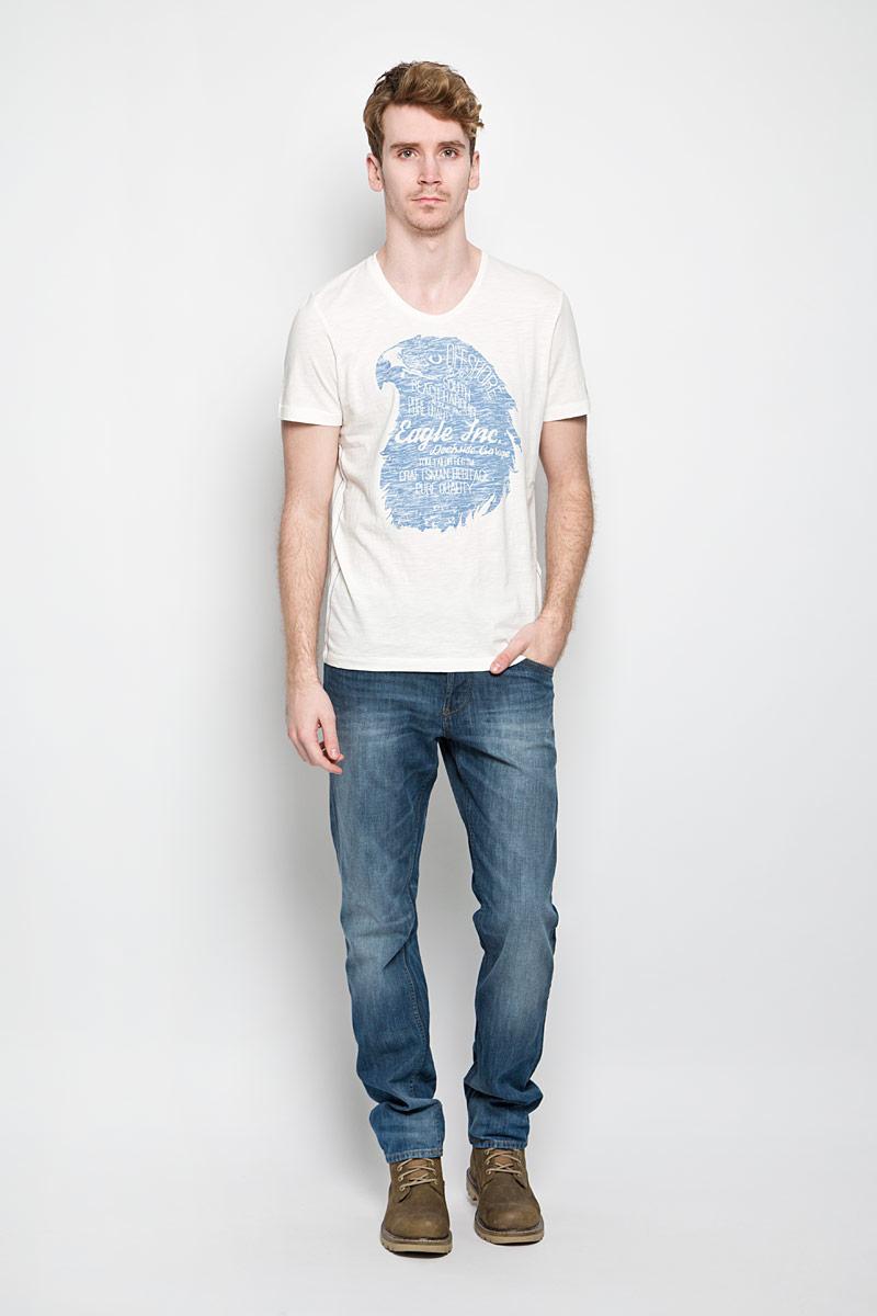 Футболка мужская Tom Tailor, цвет: молочный, голубой. 1034347.62.10_8210. Размер XL (52)1034347.62.10_8210Стильная мужская футболка Tom Tailor выполнена из натурального хлопка. Материал очень мягкий и приятный на ощупь, обладает высокой воздухопроницаемостью и гигроскопичностью, позволяет коже дышать. Модель прямого кроя с круглым вырезом горловины и короткими рукавами. Горловина обработана трикотажной резинкой, которая предотвращает деформацию после стирки и во время носки. Боковые швы оформлены оригинальной прострочкой. Футболка спереди дополнена оригинальным принтом. Такая модель подарит вам комфорт в течение всего дня и послужит замечательным дополнением к вашему гардеробу.