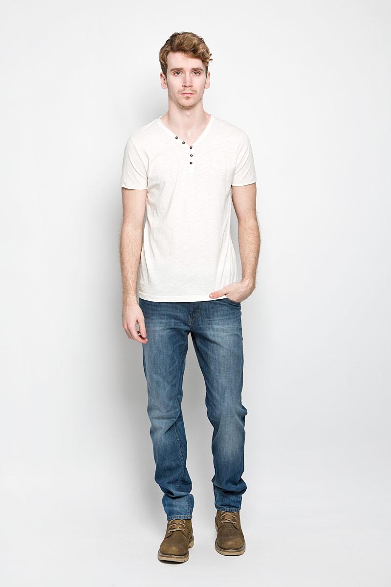 Футболка мужская Tom Tailor Denim, цвет: молочный. 1034445.62.12_2132. Размер M (48)1034445.62.12_2132Стильная мужская футболка Tom Tailor выполнена из натурального хлопка. Материал очень мягкий и приятный на ощупь, обладает высокой воздухопроницаемостью и гигроскопичностью, позволяет коже дышать. Модель прямого кроя с V-образным вырезом горловины и короткими рукавами и застегивается на три пуговицы. Футболка спереди дополнена нашивкой с наименованием бренда, а сзади вышитым символом бренда. Такая модель подарит вам комфорт в течение всего дня и послужит замечательным дополнением к вашему гардеробу.