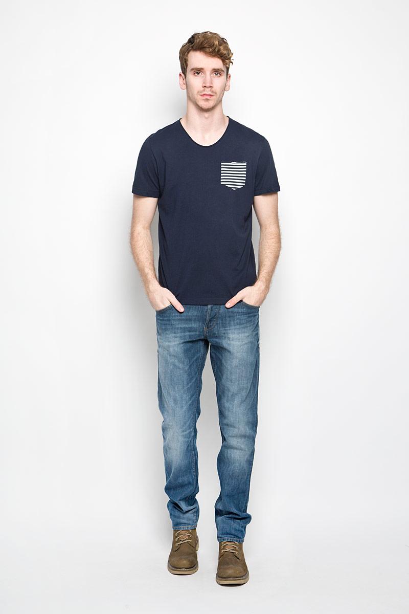 Футболка мужская Tom Tailor, цвет: темно-синий. 1034317.62.10_6975. Размер L (50)1034317.62.10_6975Стильная мужская футболка Tom Tailor выполнена из натурального хлопка. Материал очень мягкий и приятный на ощупь, обладает высокой воздухопроницаемостью и гигроскопичностью, позволяет коже дышать.Модель прямого кроя с круглым вырезом горловины дополнена на груди накладным кармашком. Кармашек оформлен принтом в полоску. Футболка дополнена нашивкой с логотипом фирмы. Такая модель подарит вам комфорт в течение всего дня и послужит замечательным дополнением к вашему гардеробу.
