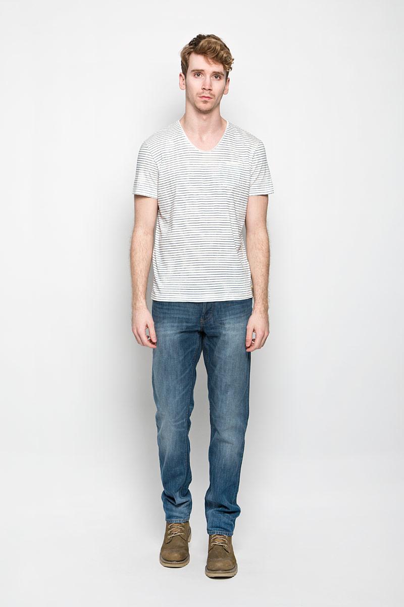 Футболка мужская Tom Tailor, цвет: белый, синий. 1034317.62.10_8005. Размер M (48)1034317.62.10_8005Стильная мужская футболка Tom Tailor выполнена из натурального хлопка. Материал очень мягкий и приятный на ощупь, обладает высокой воздухопроницаемостью и гигроскопичностью, позволяет коже дышать.Модель прямого кроя с круглым вырезом горловины дополнена на груди накладным кармашком. Кармашек оформлен принтом в полоску. Футболка дополнена нашивкой с логотипом фирмы. Такая модель подарит вам комфорт в течение всего дня и послужит замечательным дополнением к вашему гардеробу.