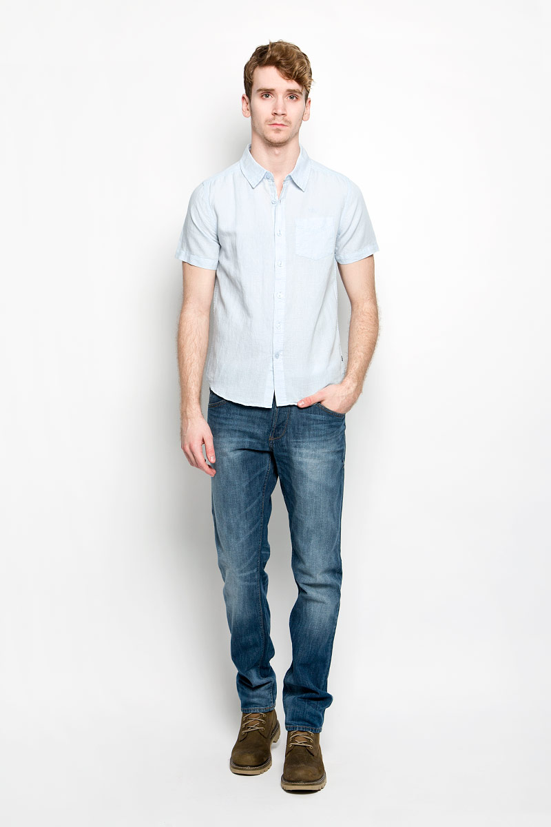 Рубашка мужская MeZaGuZ, цвет: светло-голубой. Cambodge. Размер XL (52)Cambodge_Ice BlueМодная мужская рубашка MeZaGuZ, изготовленная из хлопка и льна, прекрасно подойдет для повседневной носки. Изделие очень мягкое и приятное на ощупь, не сковывает движения и хорошо пропускает воздух. Рубашка с отложным воротником и короткими рукавами застегивается на пуговицы по всей длине. На груди расположен накладной карман. Изделие украшено вышитой надписью с названием бренда. Такая модель будет дарить вам комфорт в течение всего дня и станет стильным дополнением к вашему гардеробу.