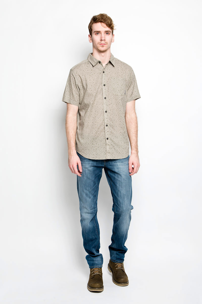 Рубашка мужская Columbia Under Exposure II SS Shirt, цвет: серый. 1577751_221. Размер L (52)1577751_221Модная мужская рубашка Columbia Under Exposure II SS Shirt, выполненная из натурального хлопка, прекрасно подойдет для повседневной носки. Материал очень легкий, мягкий и приятный на ощупь, не сковывает движения и позволяет коже дышать. Рубашка с отложным воротником и короткими рукавами застегивается на пуговицы по всей длине. На груди предусмотрен накладной карман. Изделие оформлено мелким принтом по всей поверхности. Такая модель будет дарить вам комфорт в течение всего дня и станет стильным дополнением к вашему гардеробу.