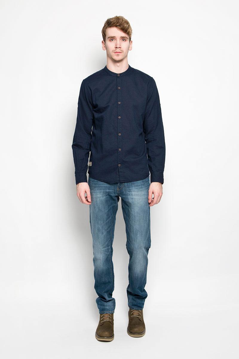Рубашка мужская Tom Tailor, цвет: темно-синий. 2031426.00.10_6298. Размер L (50)2031426.00.10_6298Стильная мужская рубашка Tom Tailor, выполненная из хлопка и льна, станет замечательным дополнением к вашему гардеробу. Благодаря своему составу, изделие очень легкое, мягкое и приятное на ощупь, не сковывает движения и позволяет коже дышать. Модель с круглым вырезом горловины и длинными рукавами застегивается на пуговицы по всей длине. Рукава рубашки дополнены хлястиками с пуговицами, позволяющими регулировать их длину. Манжеты также застегиваются на пуговицы. Изделие украшено небольшой текстильной нашивкой. Такая модель будет дарить вам комфорт в течение всего дня!
